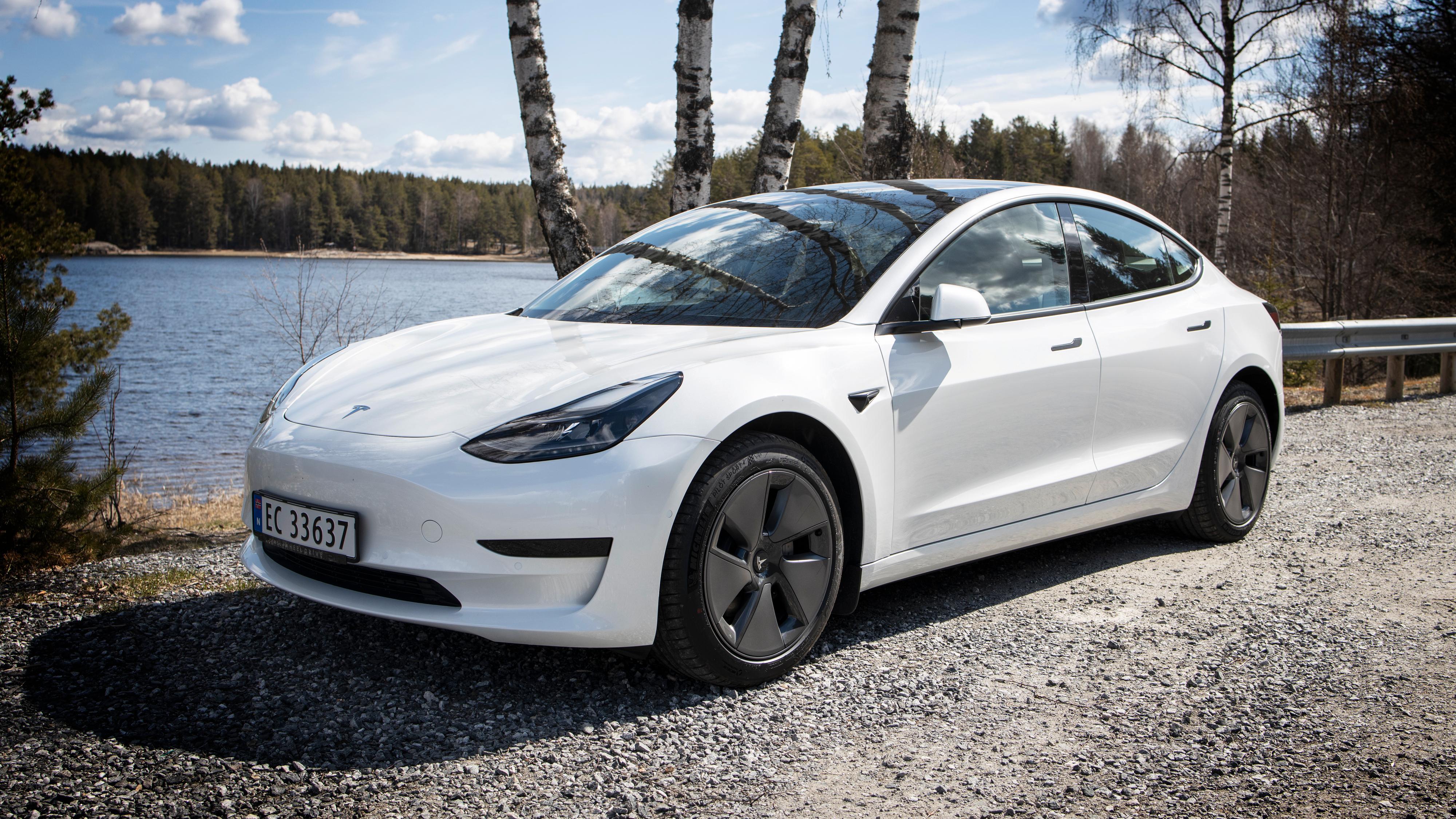 Teslas Model 3 Standard Range Plus starter nå på 364.000 kroner, etter at Tesla satte ned prisen med 50.000 kroner nylig - riktignok kun i farge Pearl White. Alle andre farger koster ekstra.