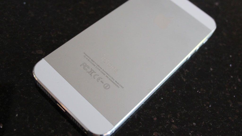 Baksiden er nå i metall, og ikke i glass som på iPhone 4.Foto: Espen Irwing Swang, Amobil.no