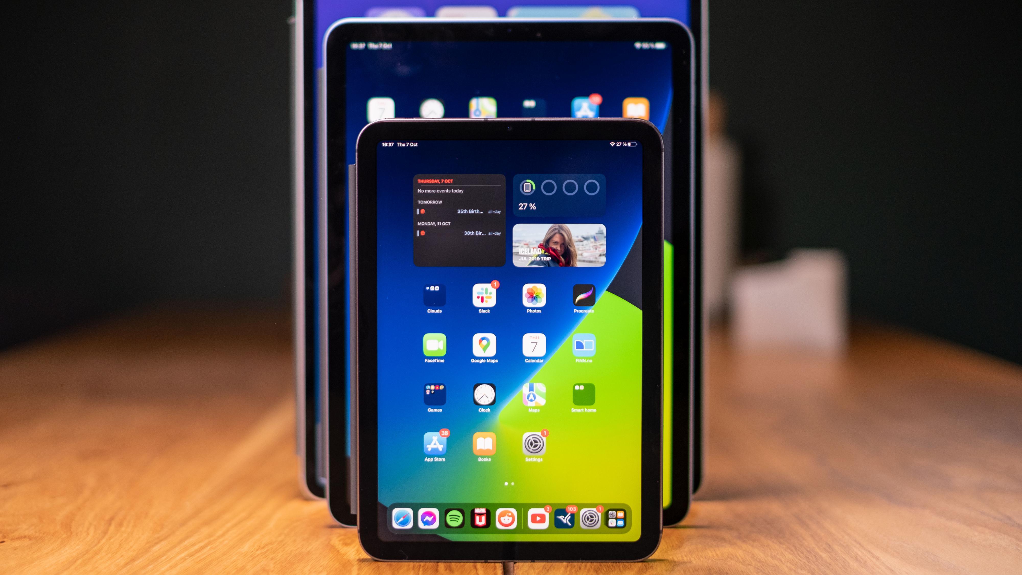 iPad Mini er akkurat liten nok til å falle mellom to stoler