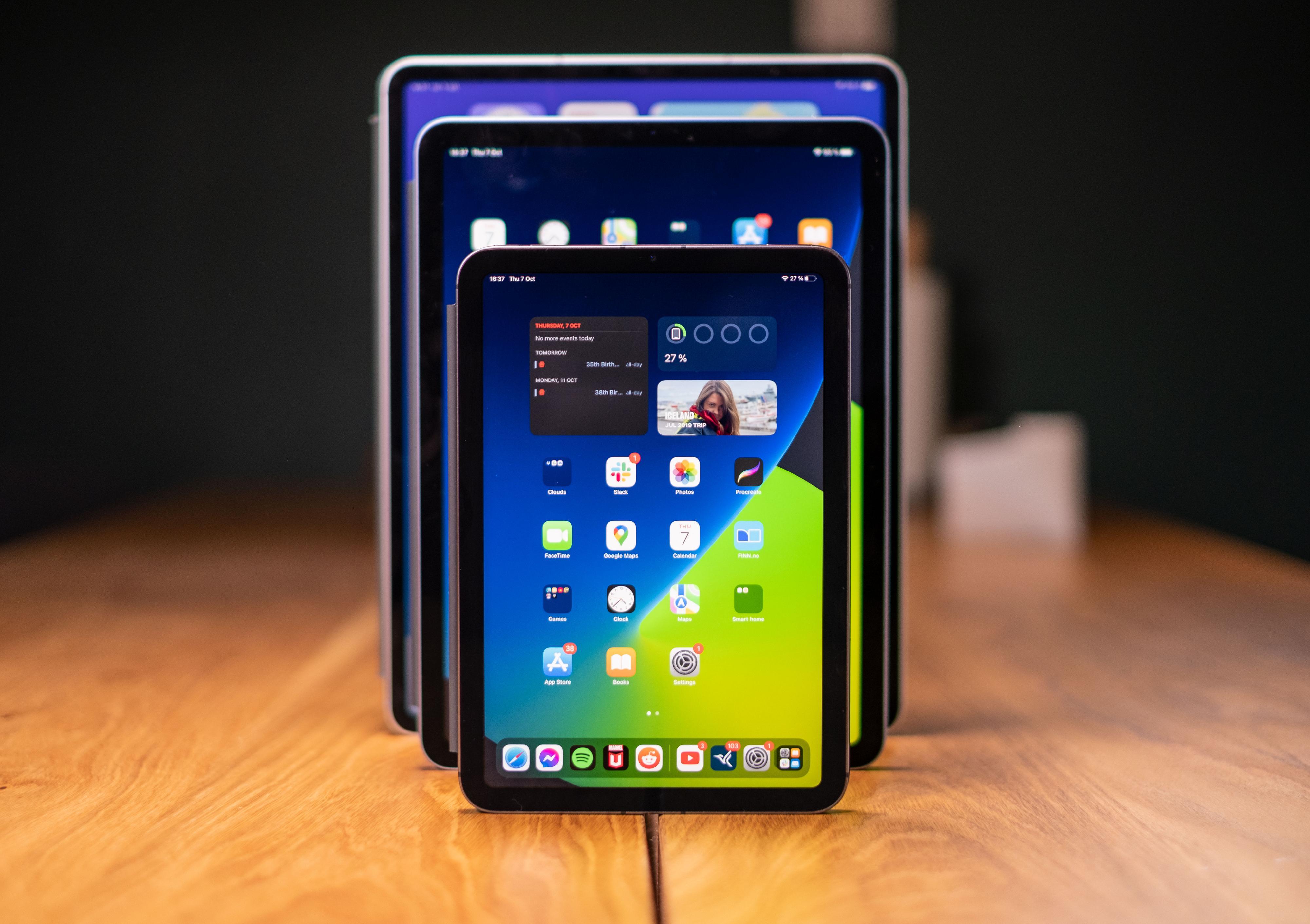 iPad Mini er virkelig mini. Her med iPad Air og iPad Pro i bakgrunnen.
