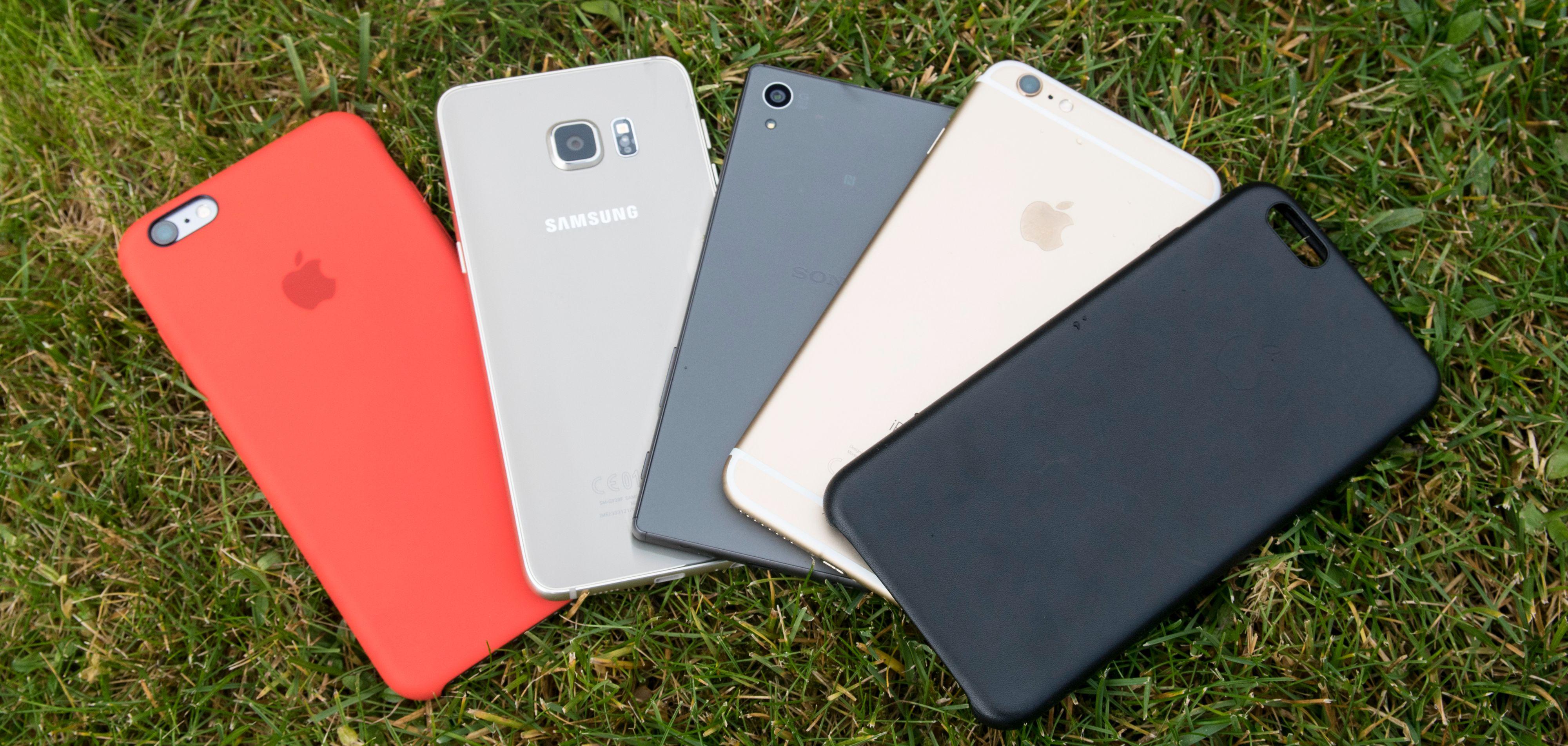 Her er et knippe topptelefoner. Fra venstre: iPhone 6S Plus i deksel, Galaxy S6 Edge+, Sony Xperia Z5 og iPhone 6S Plus med svart deksel ved siden av. Foto: Finn Jarle Kvalheim, Tek.no