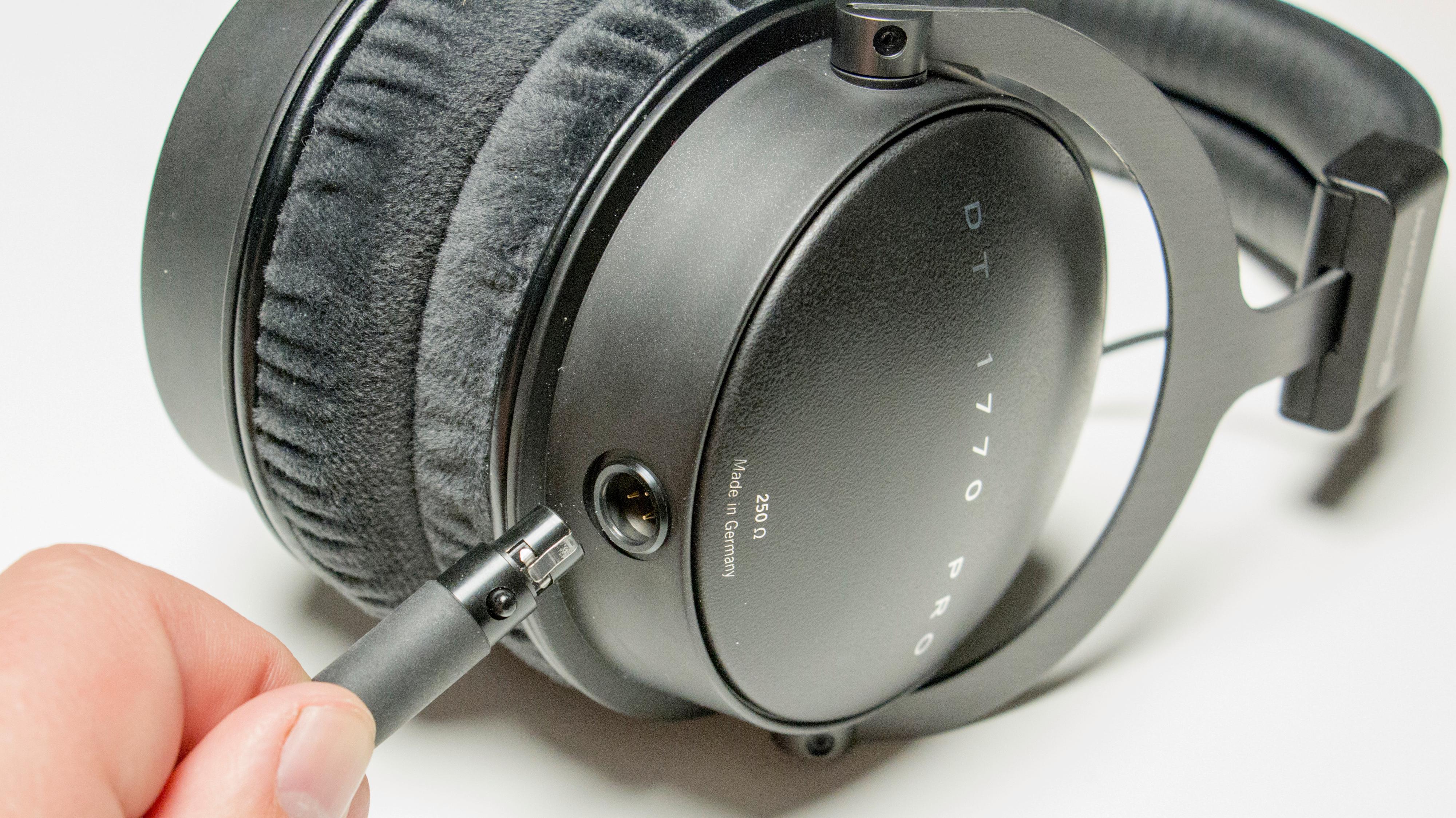 Klokkene har mini-XLR-kobling som enkelt kobles til eller fra.