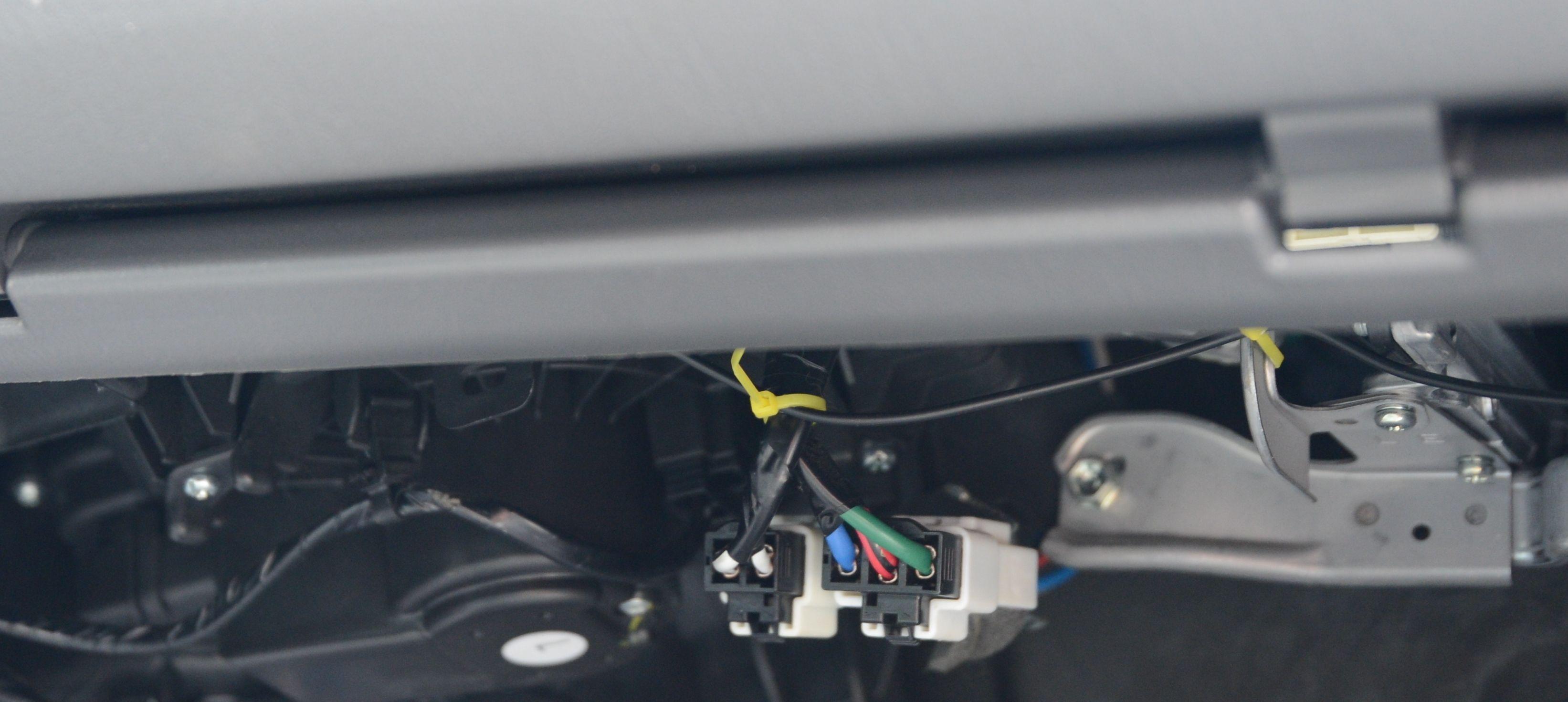 Antennekabelen klipset vi fast så den ikke skulle ramle ned.. Her brukte vi gul strips for å enklere viser hvordan vi gjorde det
