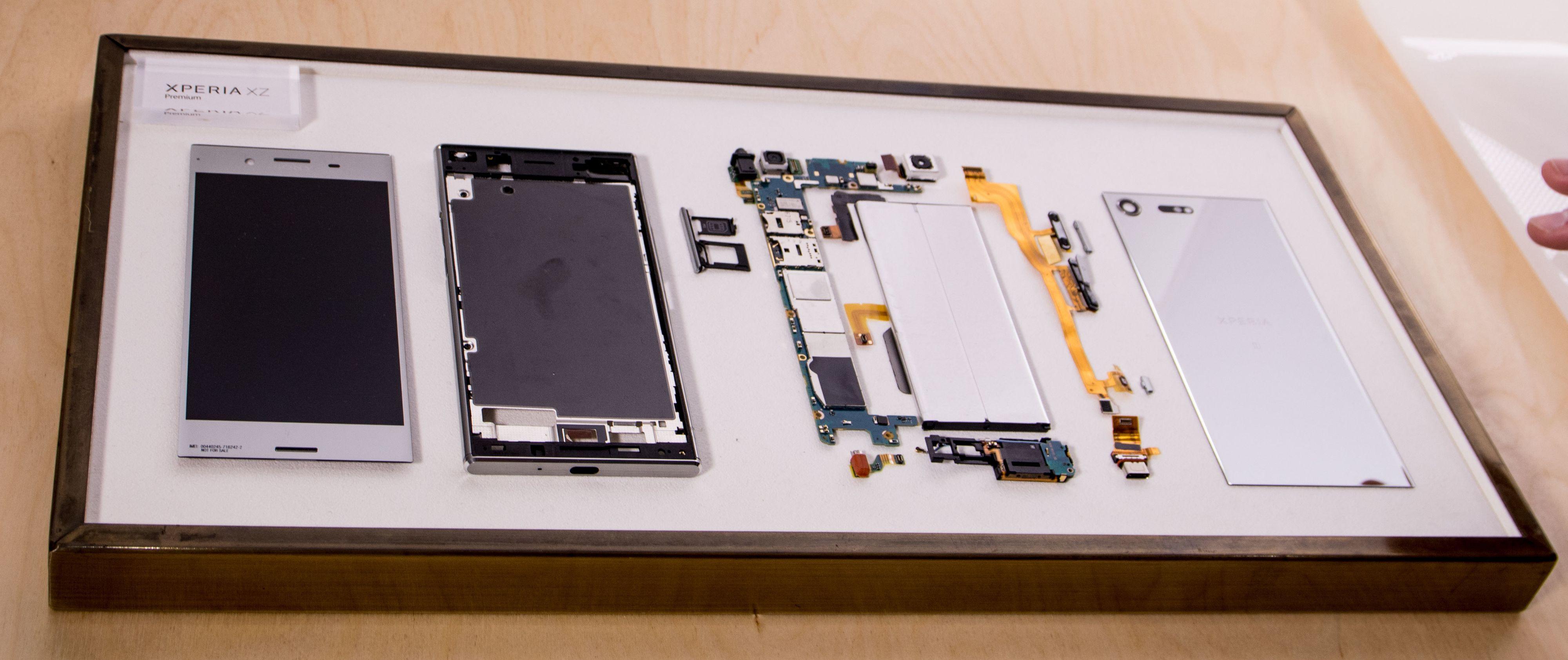 Innsiden av Xperia XZ Premium. Vi fikk høre at kameraet og prosessoren er flyttet så langt fra hverandre som mulig, for å forhindre overoppheting.