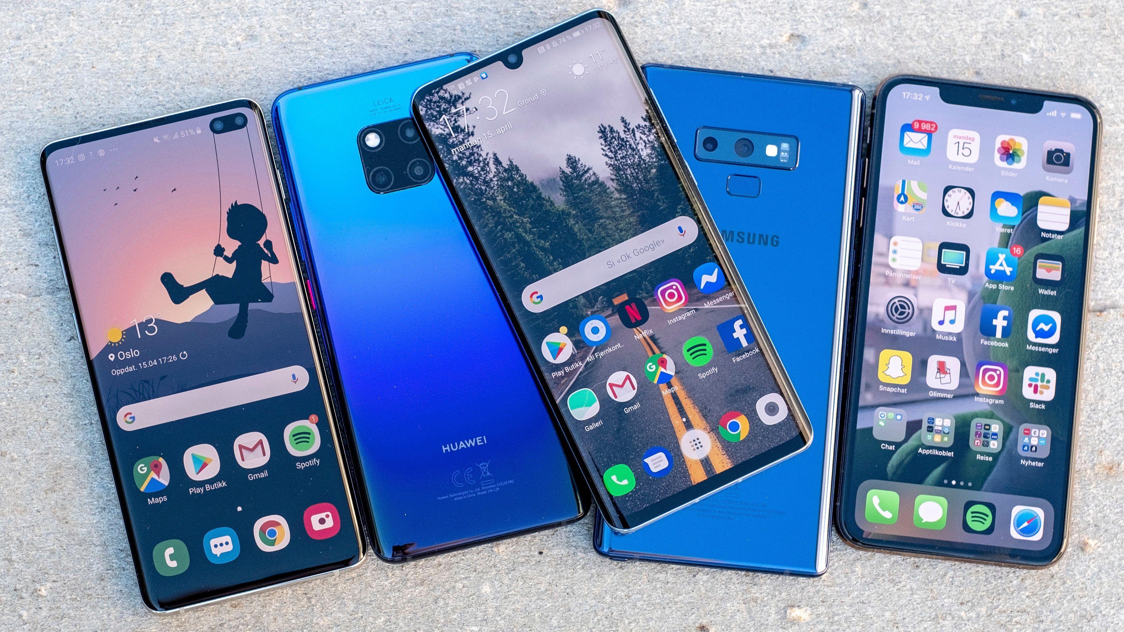 Etter å ha varmet opp i en del år har Huawei virkelig giret opp kampen om mobiltronen de siste årene. Inntil Samsungs nye Note 10 kom på markedet hadde Huaweis tre siste mobiler på rad og rekke havnet på toppen av vår mobilrangering. De har også skapt så mye interesse at de har blitt anmeldt i amerikanske medier, til tross for at de ikke har vært solgt der. Fra venstre: Samsung Galaxy S10+, Huawei Mate 20 Pro, Huawei P30 Pro, Samsung Galaxy Note 9 og Apple iPhone Xs Max.
