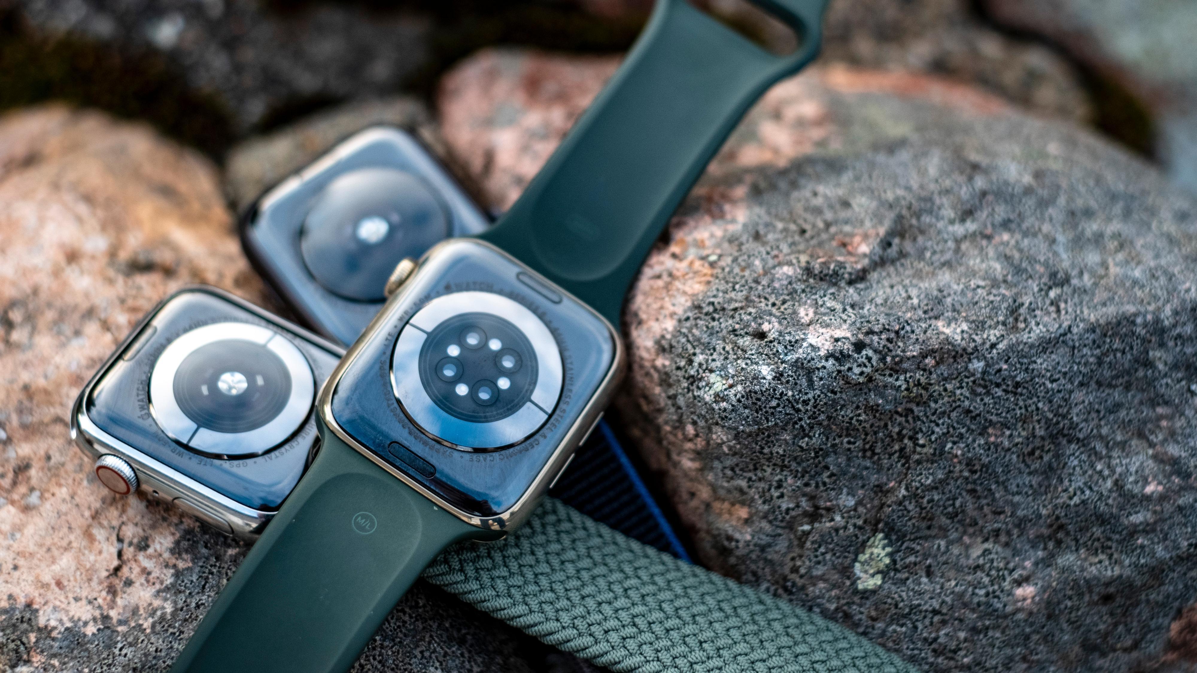 Den største forskjellen på series 5, series 6 og Apple Watch SE finner du under selve klokka. Her skjuler det seg ulike helsesensorer i alle tre, der series 6 har den mest avanserte, og SE-klokka har den enkleste.