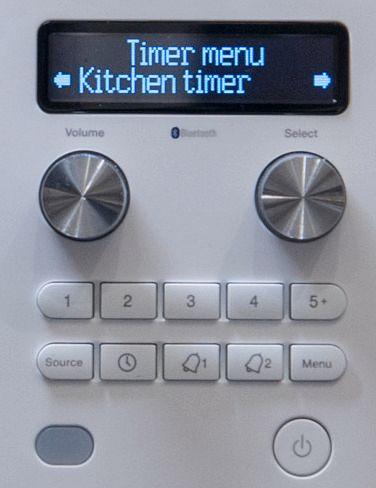 Fire preset-knapper for DAB og FM (+tilgang til 15 ekstra via «5»-knappen), en kildevelger, «kitchen-» og «sleep-timer» og to vanlige alarmer (radio eller piping). Foto: Kristoffer Møllevik