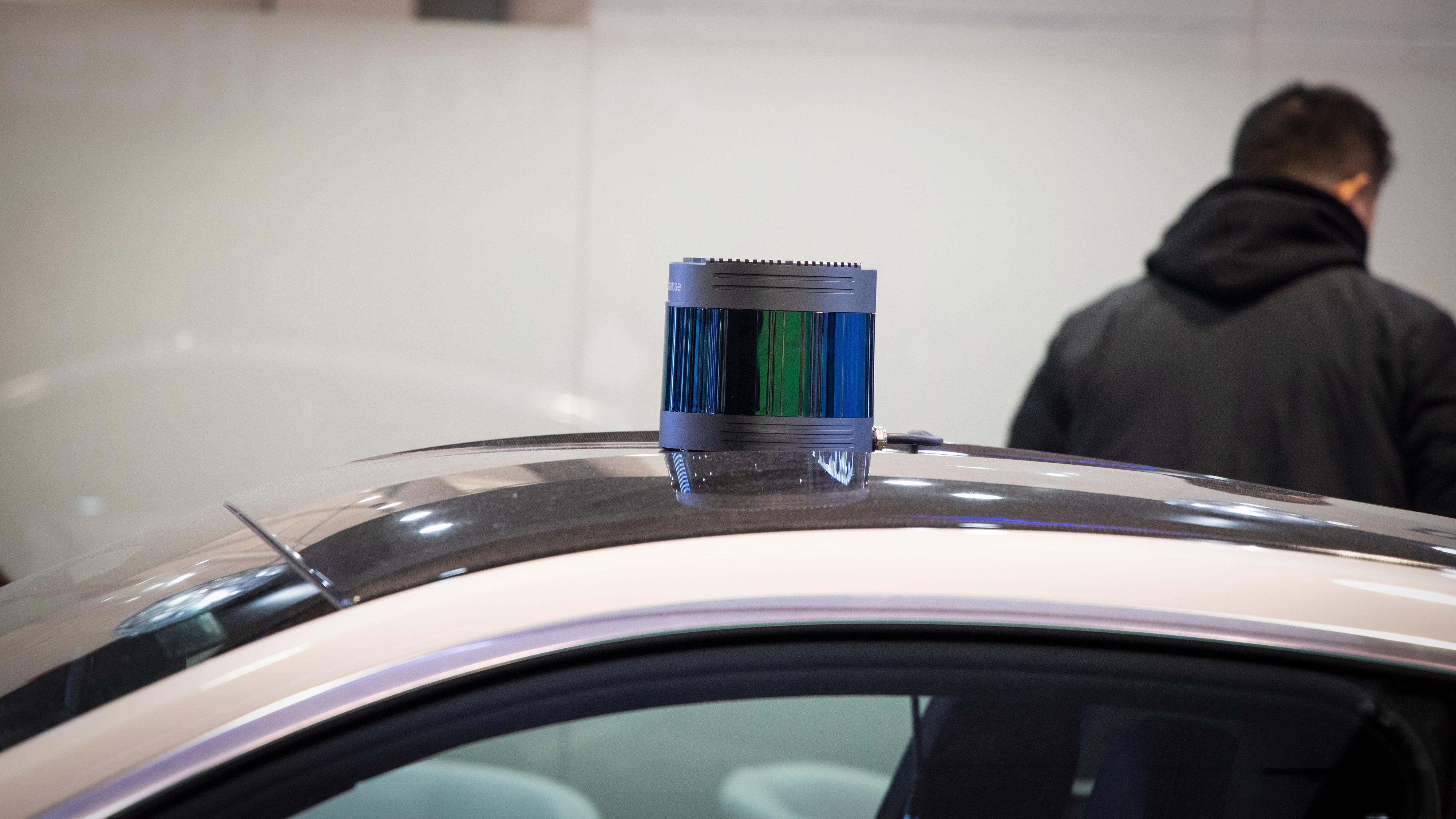 En typisk lidar som gjerne plasseres oppå bilen. På innsiden spinner den rundt. Her fra selskapet Robosense.