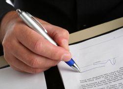 Kjøper du telefon med abonnement må du eller mottakeren skrive under på en kontrakt. (Foto: Istockphoto/Simon Podgorsek)