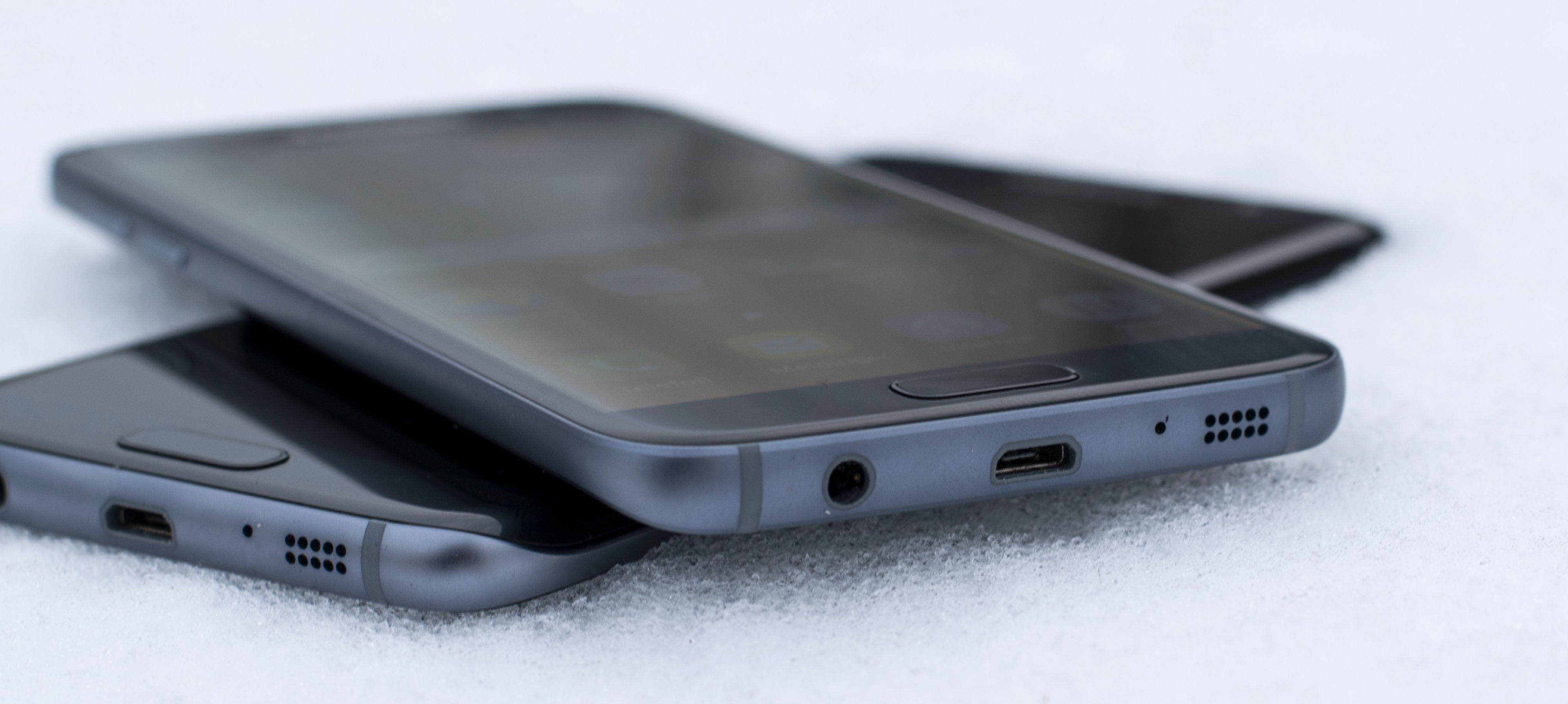 Både den vanlige Galaxy S7 (øverst) og den mer spenstige Galaxy S7 Edge.