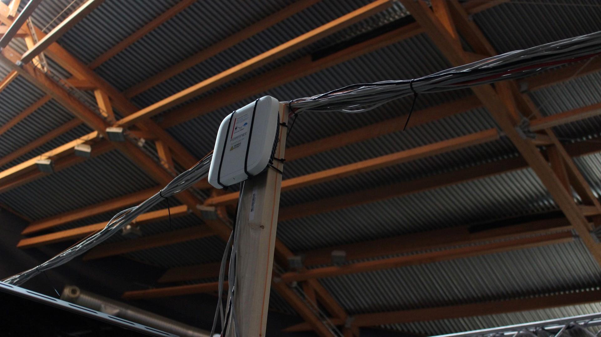 Langsmed radene var det med jevne mellomrom stolper med aksesspunkter for wi-fi.
