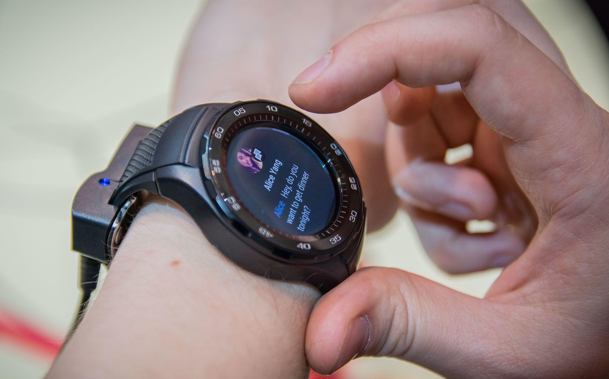 Klokken har innebygd 4G, så du kan sende meldinger og ringe fra den helt uavhengig av mobilen.
