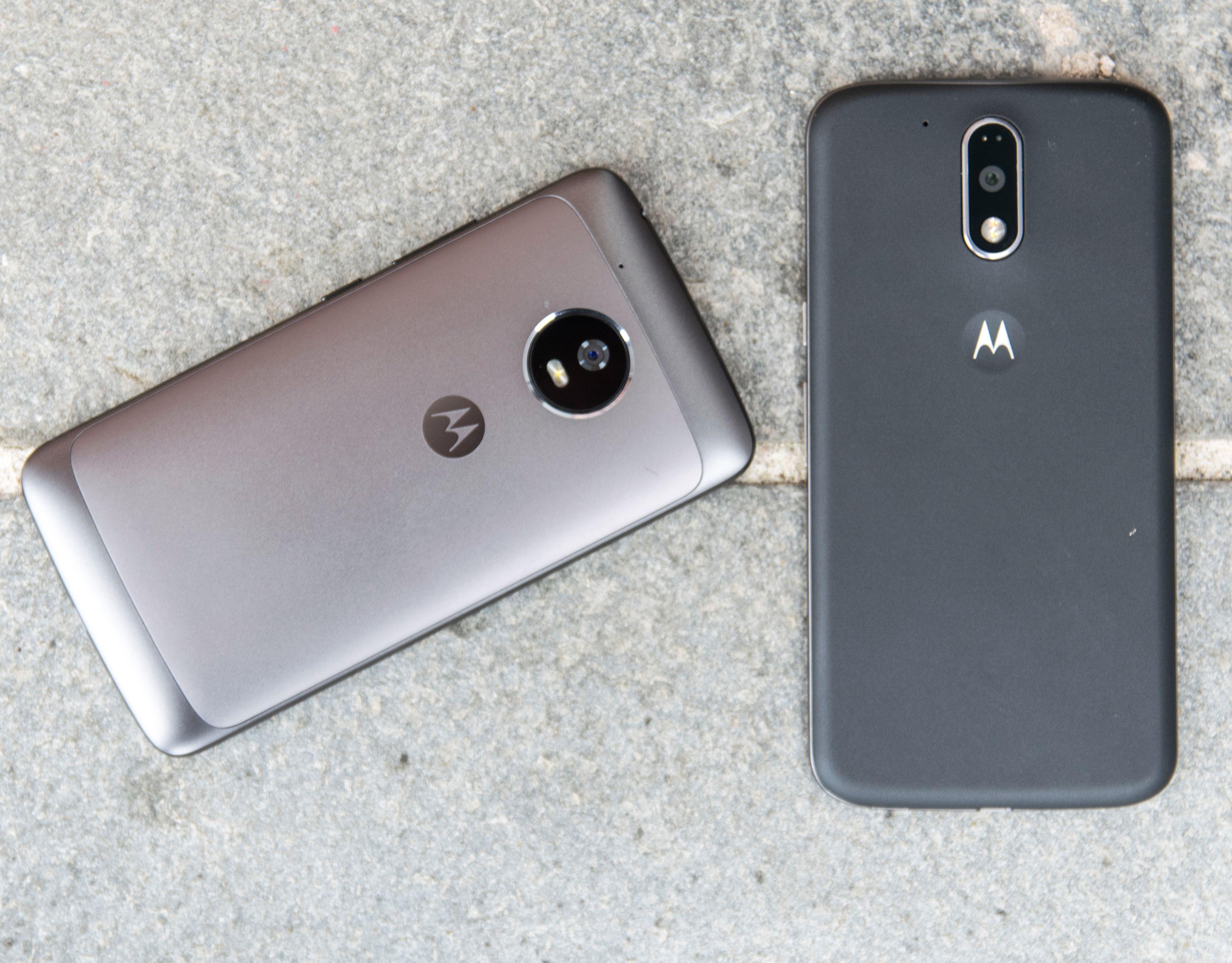 Årets Moto G5 ved siden av fjorårets Moto G4 Plus. Vi kan si det så enkelt som at årets G5-serie har en design, mens fjorårets G4 var pregløse rektangeltelefoner. De var ekstremt gode sådanne, men former og fiksfakserier utover det strengt nødvendige hadde de ikke.