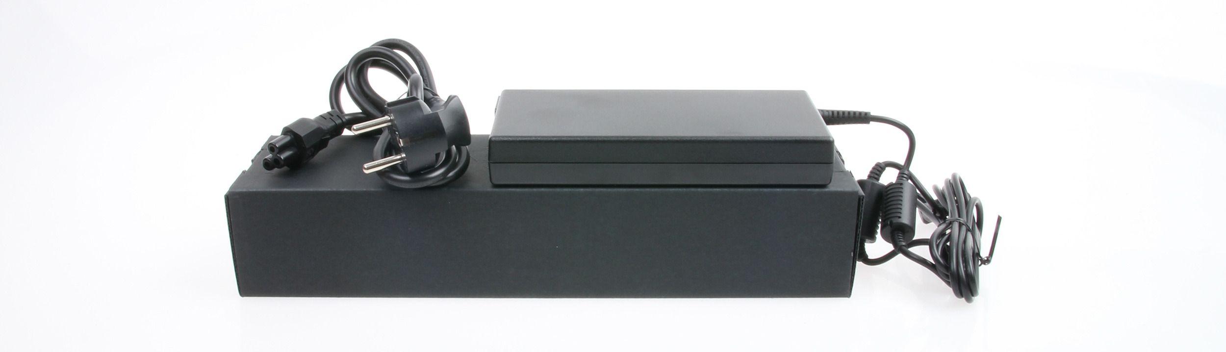 Også laderen er ganske tynn. Med et GTX 860M-grafikkort innabords trekker nemlig ikke maskinen så mye strøm som andre spillbeist. Foto: Anders Brattensborg Smedsrud, Hardware.no