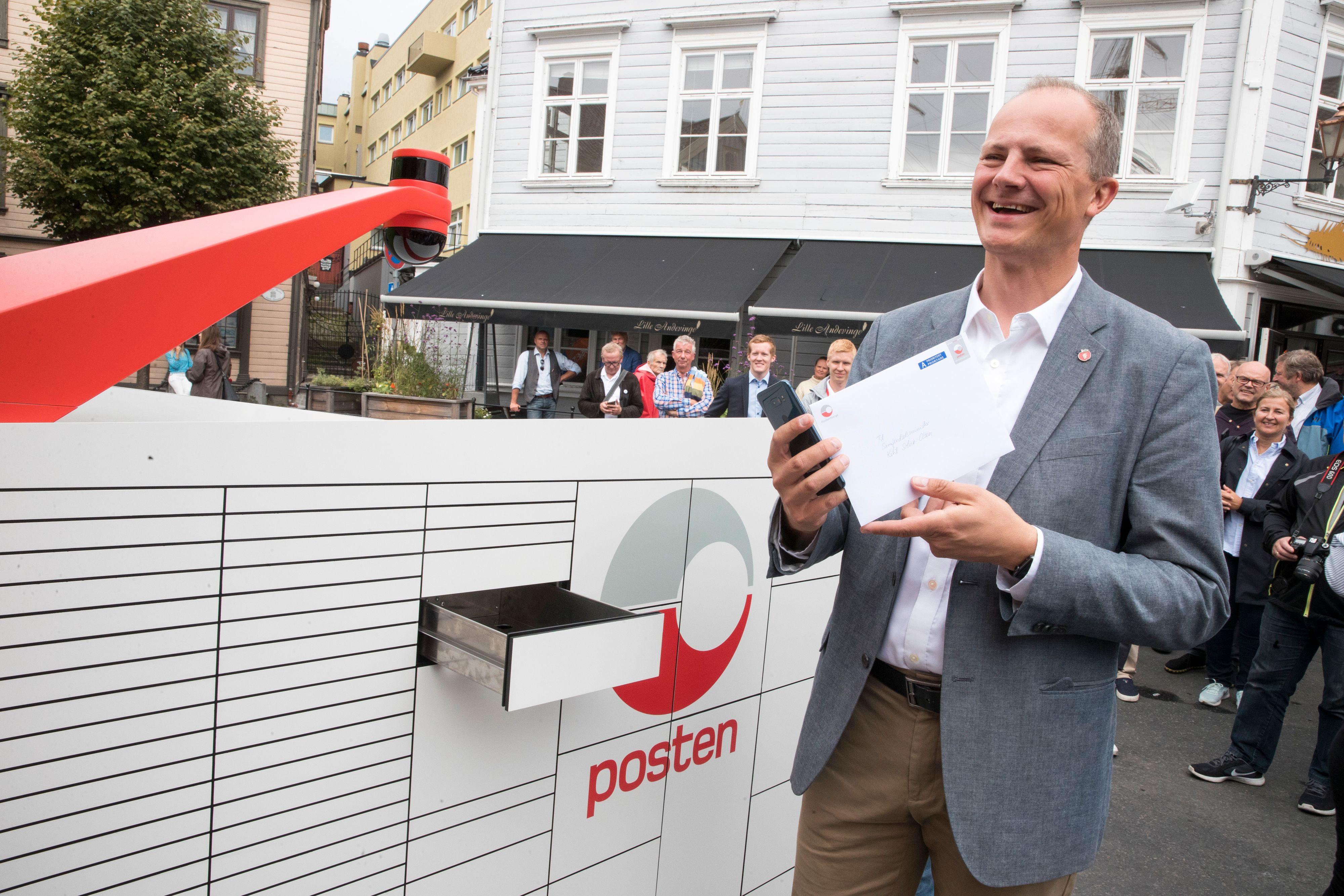 Ketil Solvik Olsen fikk det første brevet fra Postens brev- og pakkerobot.