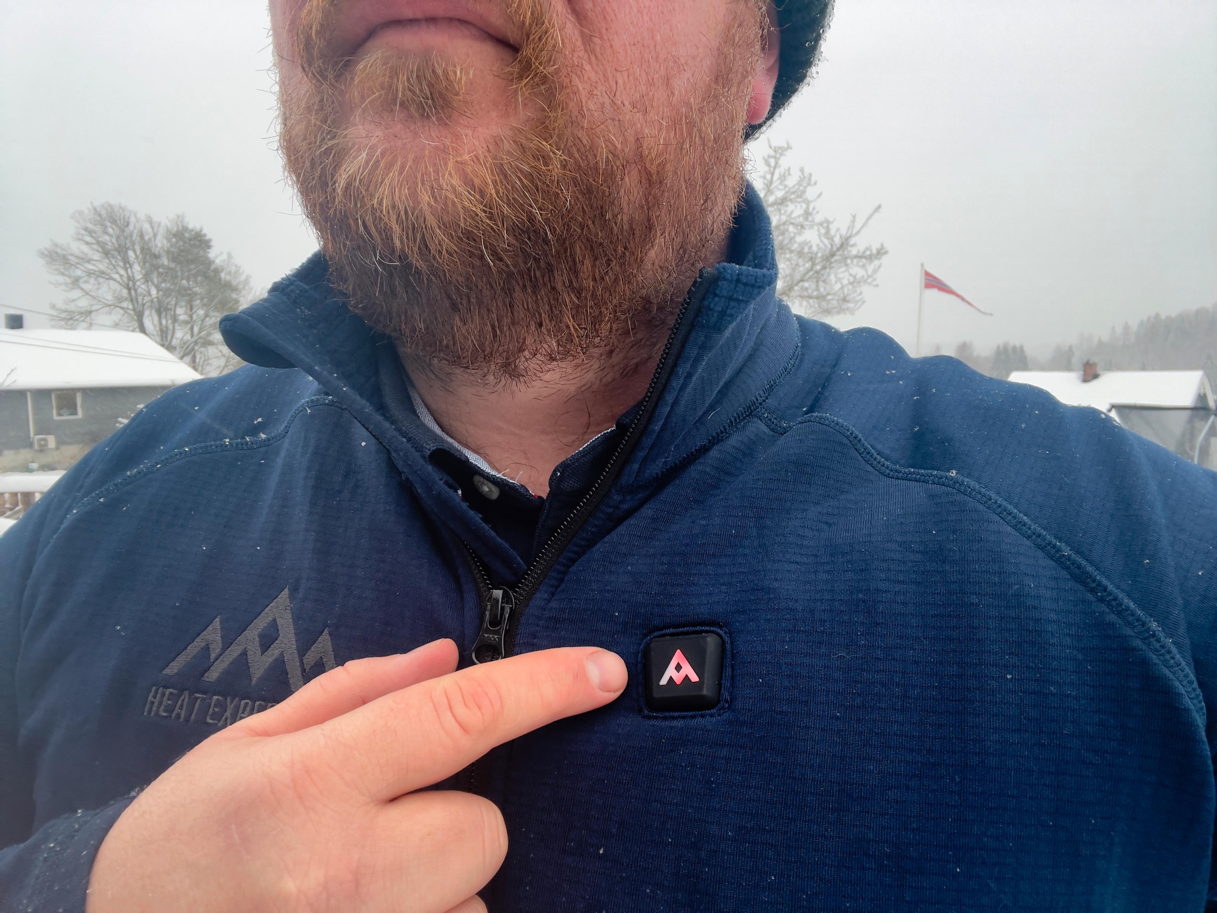 En liten knapp på Heat Experience Grid Fleece Varmegenser bestemmer varmen.
