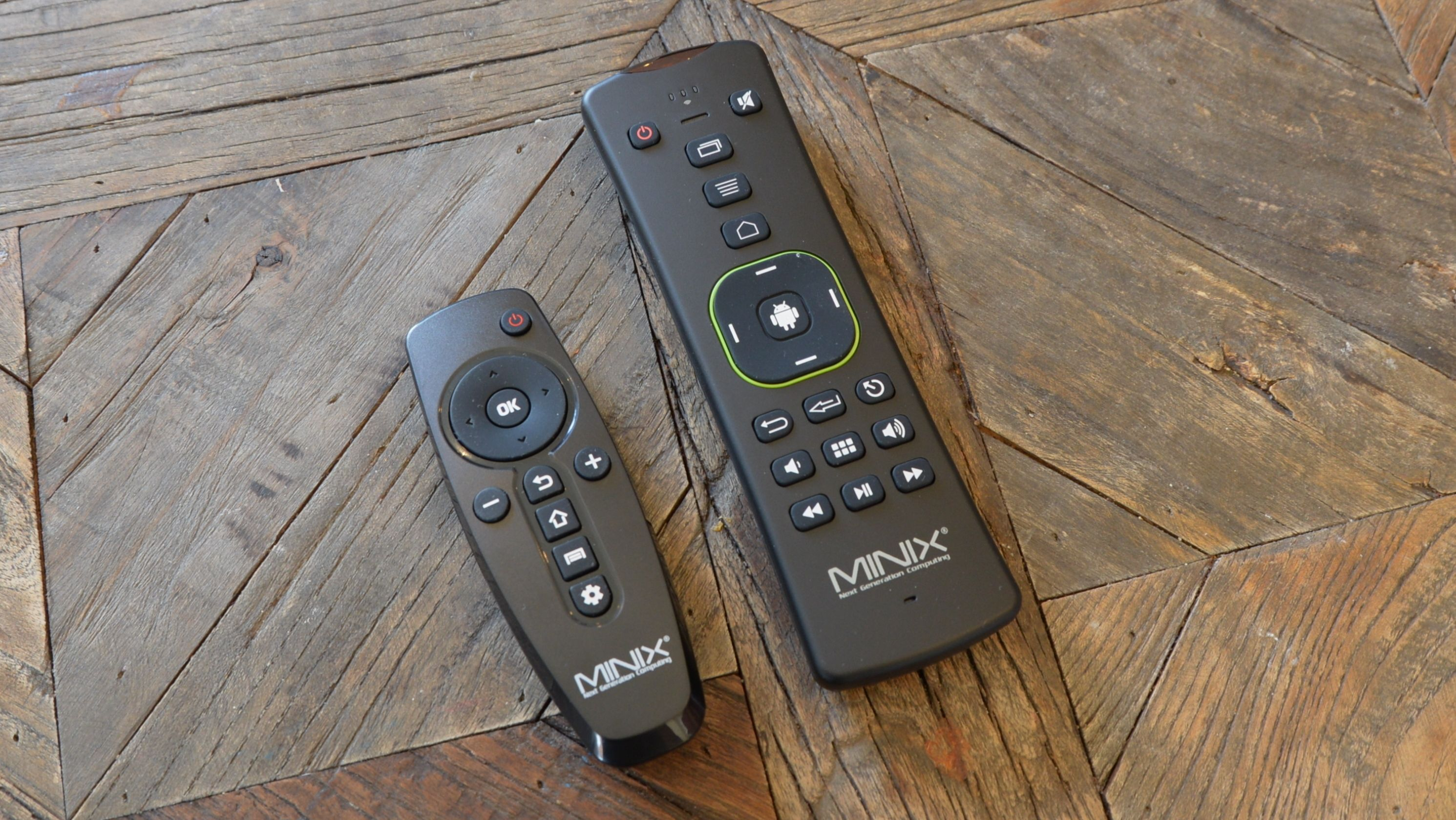 I vår pakke følger det med to fjernkontroller. Den til venstre er den originale, mens den andre er Neo A2 Lite.