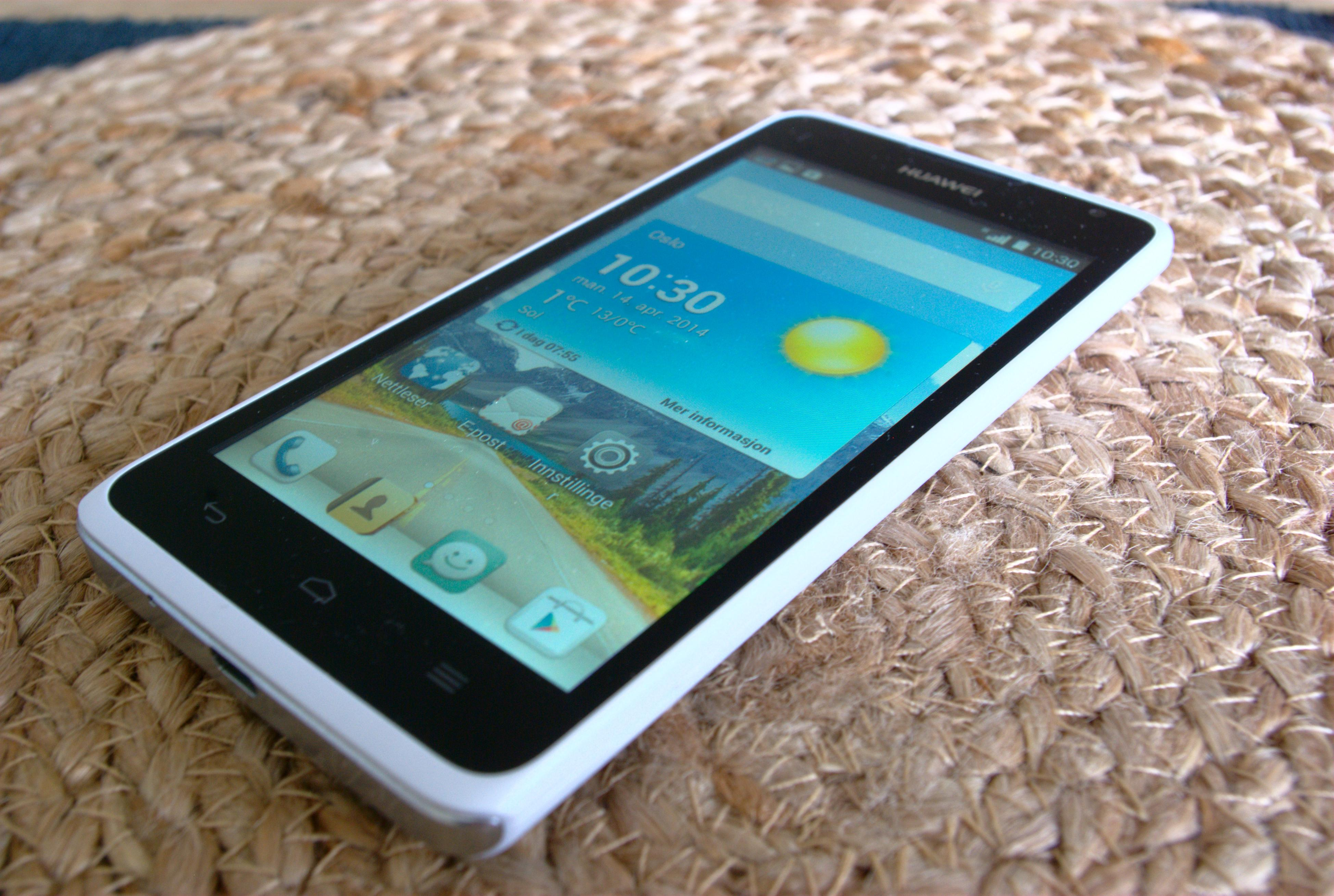 Huawei Y530 er en rimelig og enkel Android-mobil. I skrivende stund kan den kjøpes fra rundt 500 kroner. Foto: Einar Eriksen, Tek.no