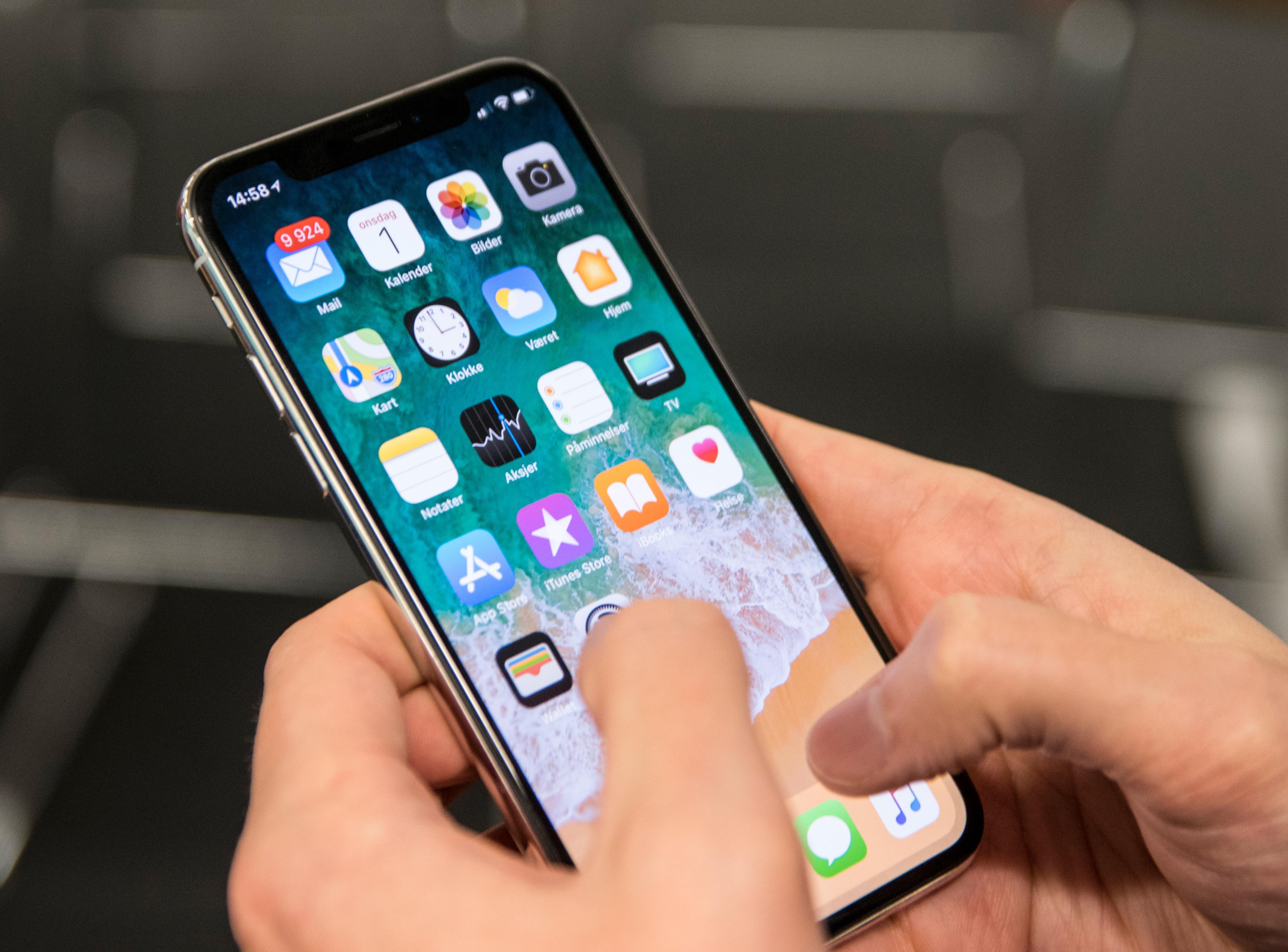 iPhone X er omtrent på størrelse med den minste utgaven av iPhone 8, men skjermen er på størrelse med den du finner i Plus-modellen.