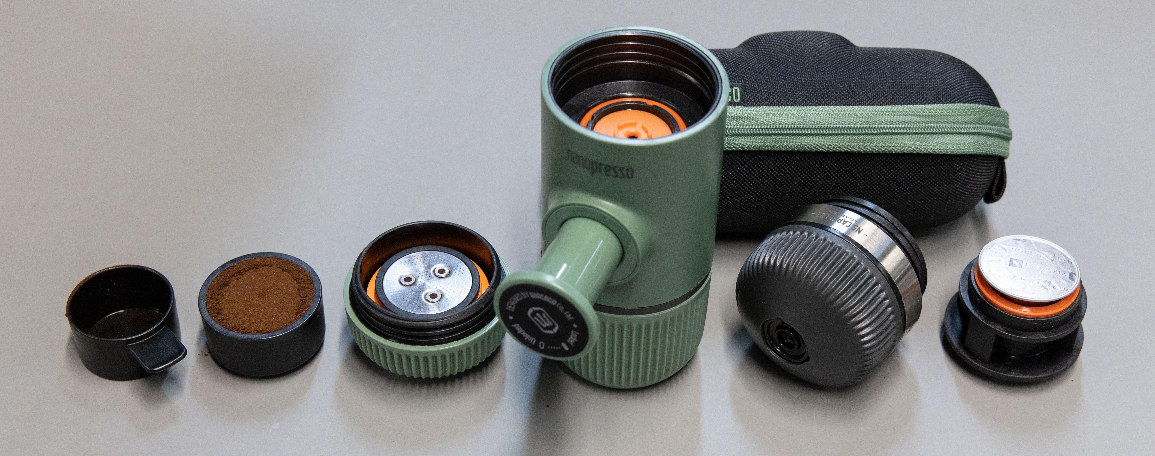 Til venstre for pumpeenheten ligger espresso-adapteren med tilbehør, mens til høyre for den ligger NS-adapteren som tar imot Nespresso-kapsler.