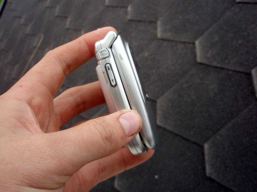 Telefonen er liten, men kanskje litt tykk.