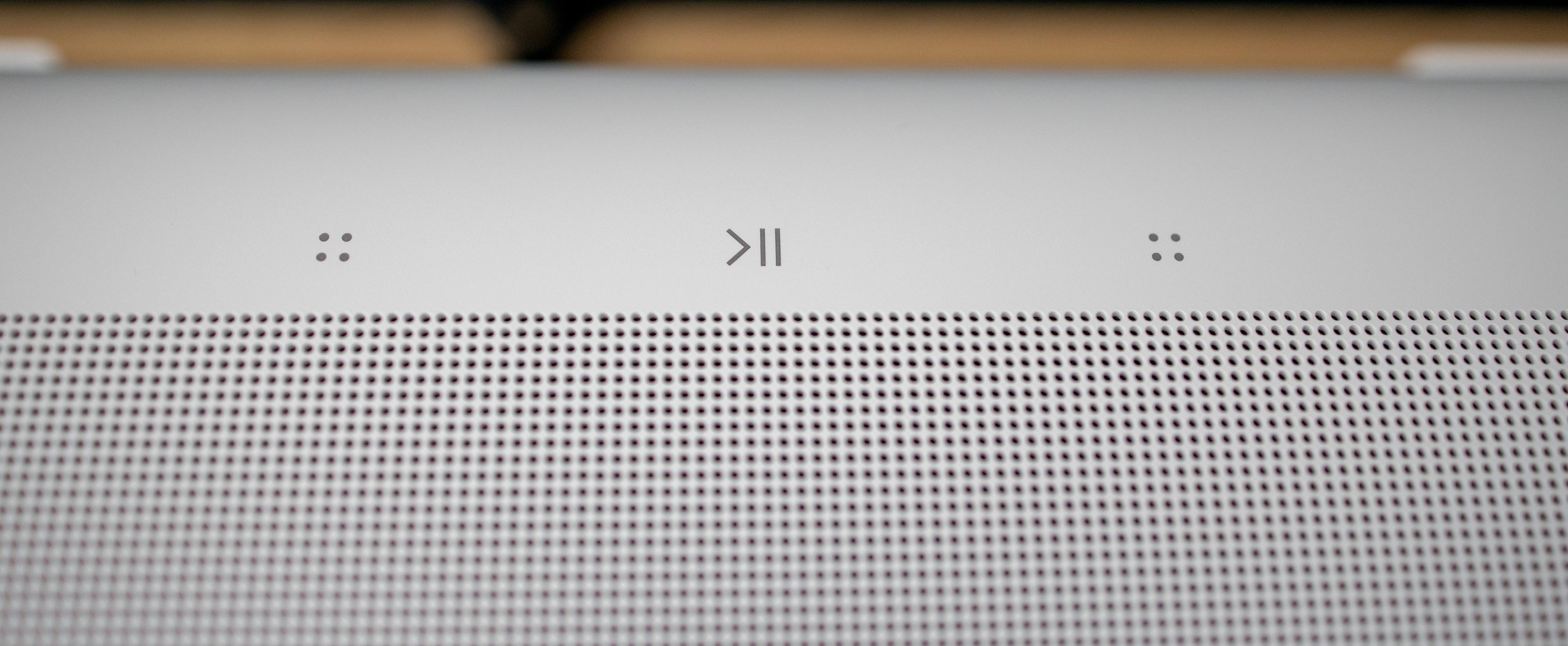 Akkurat som vi kjenner fra selskapets andre høyttalere er det et par enkle touchknapper på toppen, som lar deg justere volum og avspilling.