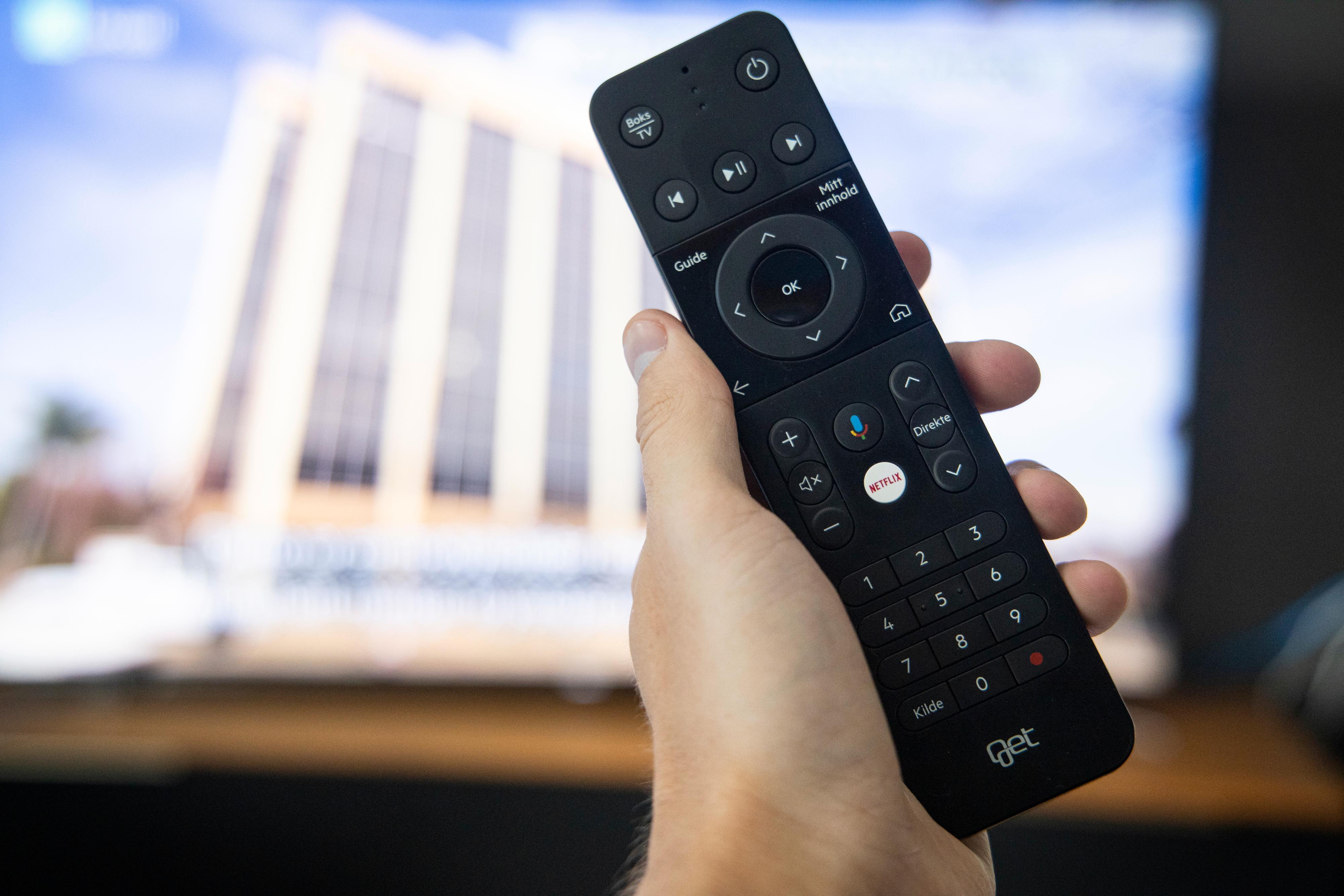Fjernkontrollen er en rimelig standardisert sak som også kan brukes til å styre enkle TV-funksjoner. Den kan også brukes som mikrofon til Google Assistant.