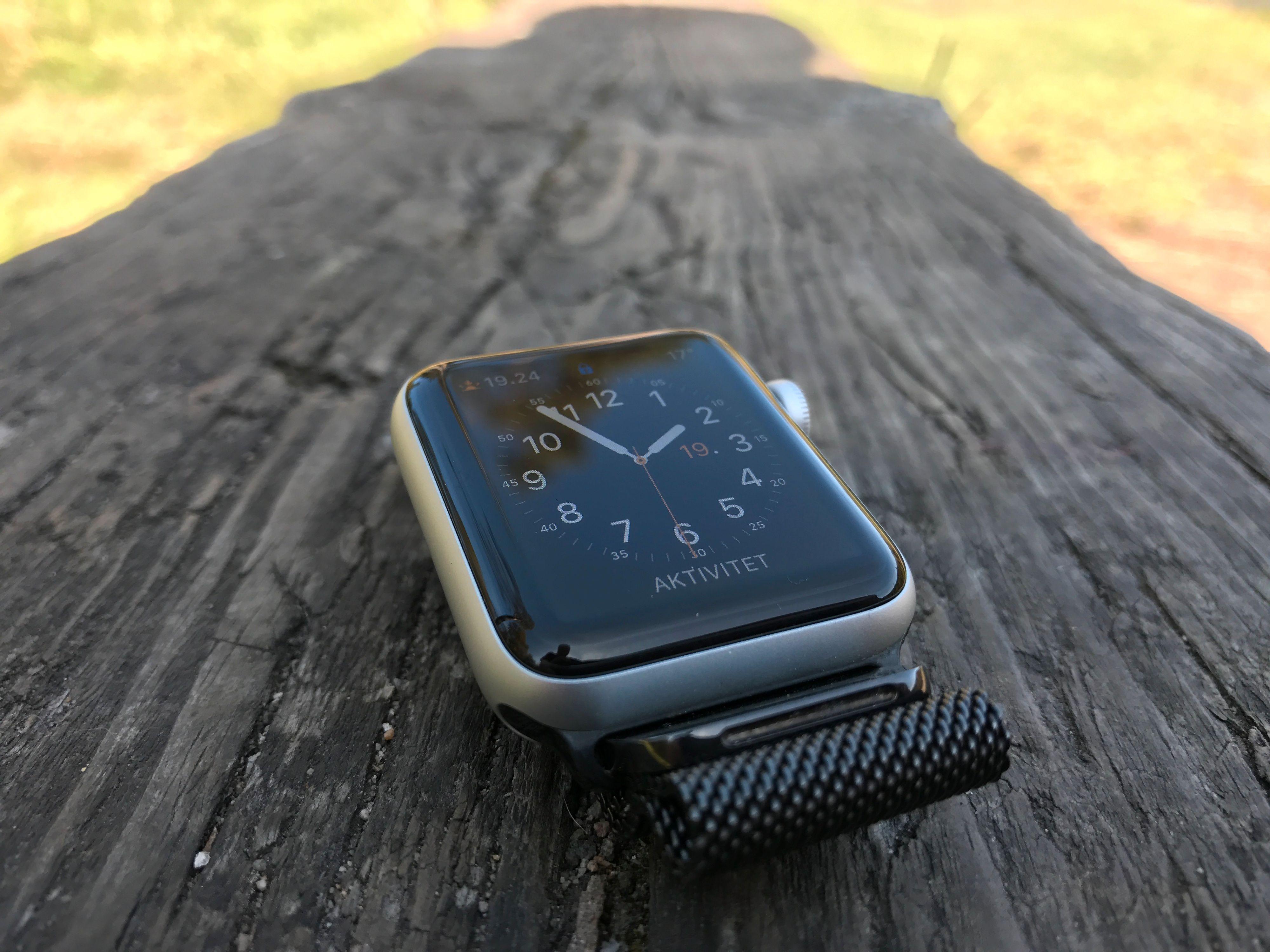 Apple Watch series 2 ble sluppet på samme arrangement for ett år siden. Den gang fikk den GPS, raskere maskinvare og en saftig programvareoppdatering. Den ble også tett nok til svømmeturer. Nå ryktes det at den blir enda mindre avhengig av mobilen.