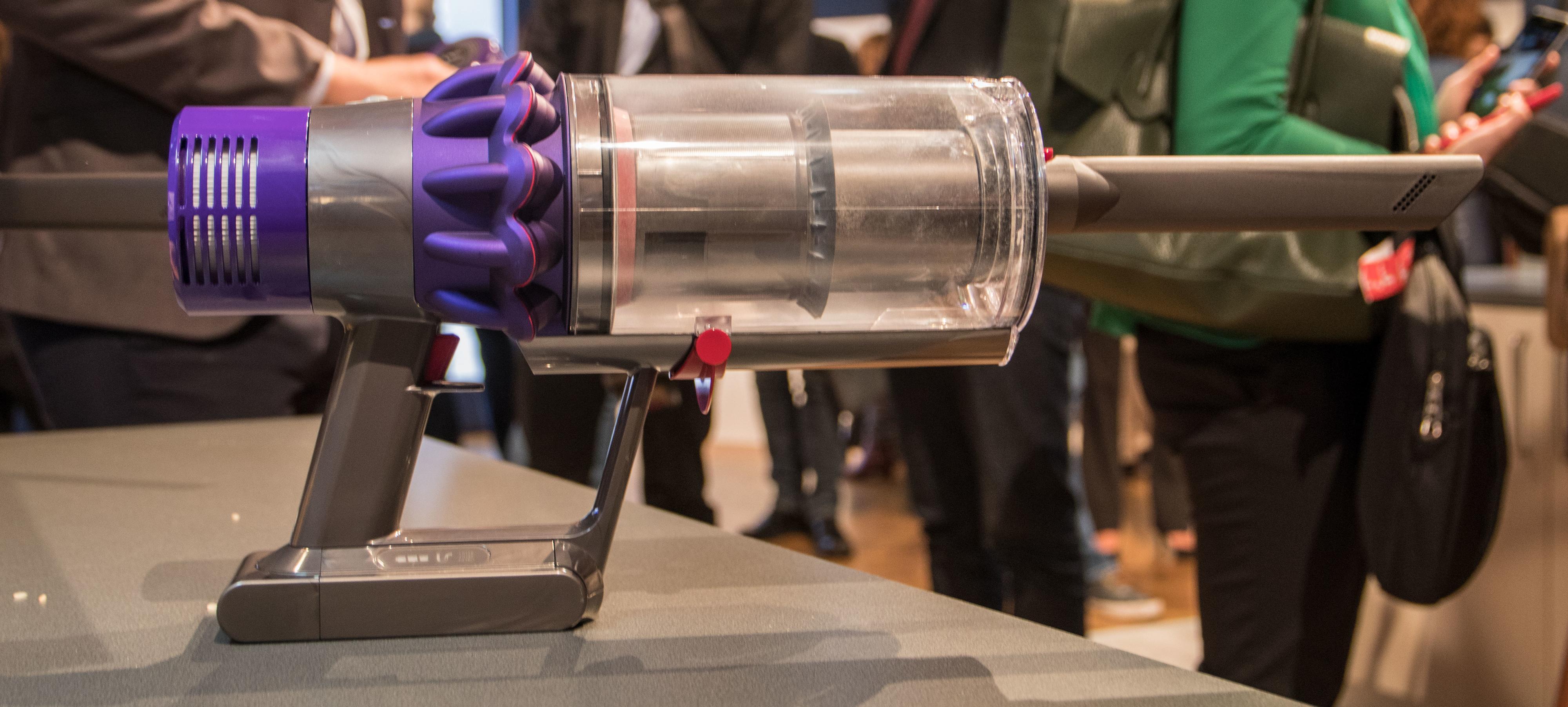 Støvsugeren ser litt mer ut som et futuristisk våpen enn en støvsuger.