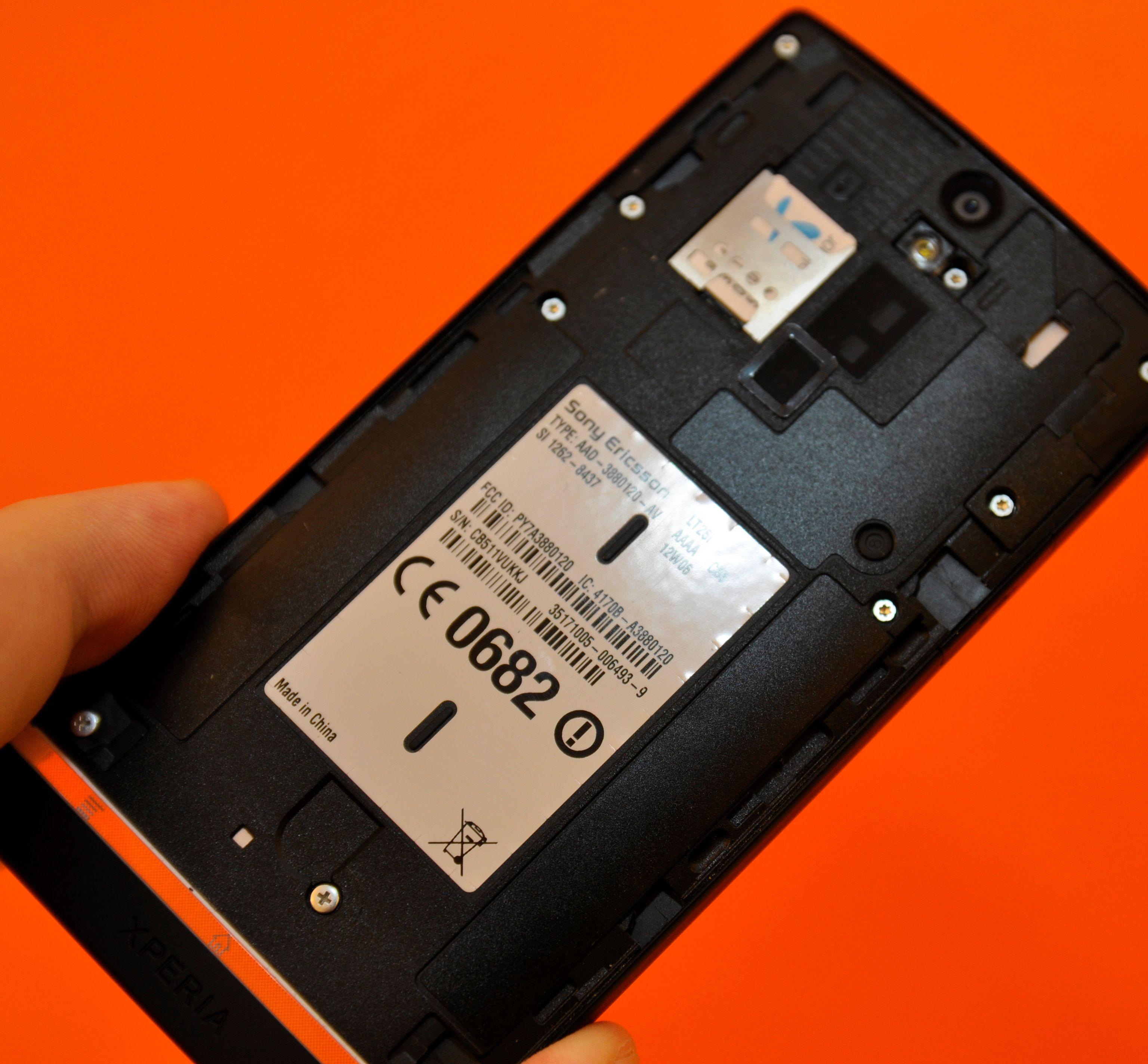 Det store dekselet bak skjuler hverken minnekort eller batteri – men et bittelite SIM-kort.