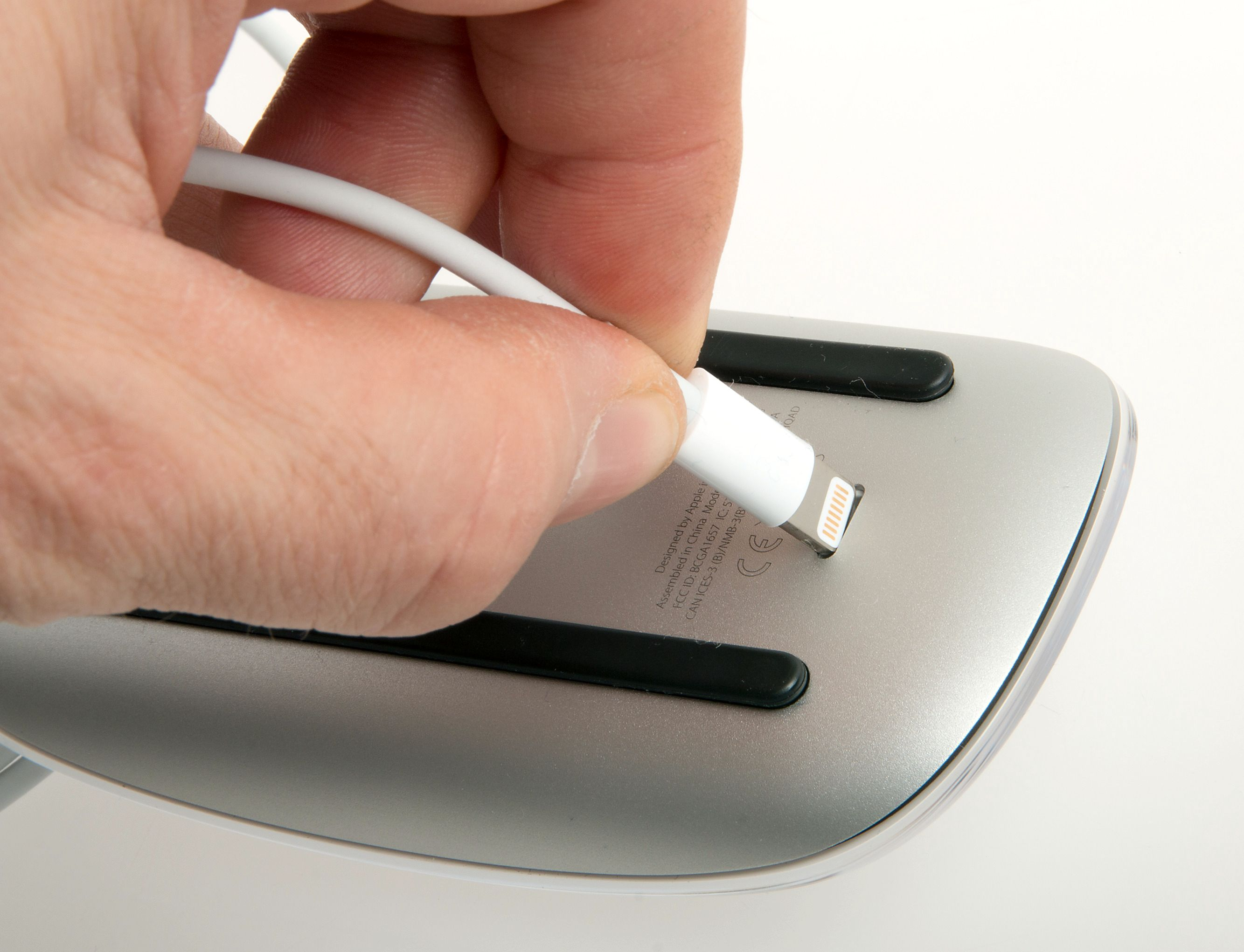 Men i alle dager, Apple! Plasseringen av ladekontakten gjør at du ikke får brukt musen når den lades. Foto: Kurt Lekanger, Tek.no