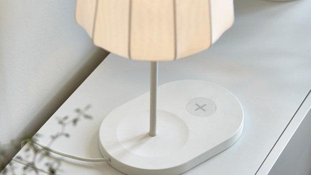 Nå bygger IKEA trådløs lading inn i møblene sine