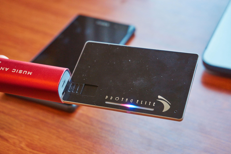 Via USB-utgangen kan du for eksempel lade gjennom en PC, eller – som her – gjennom en nødlader.