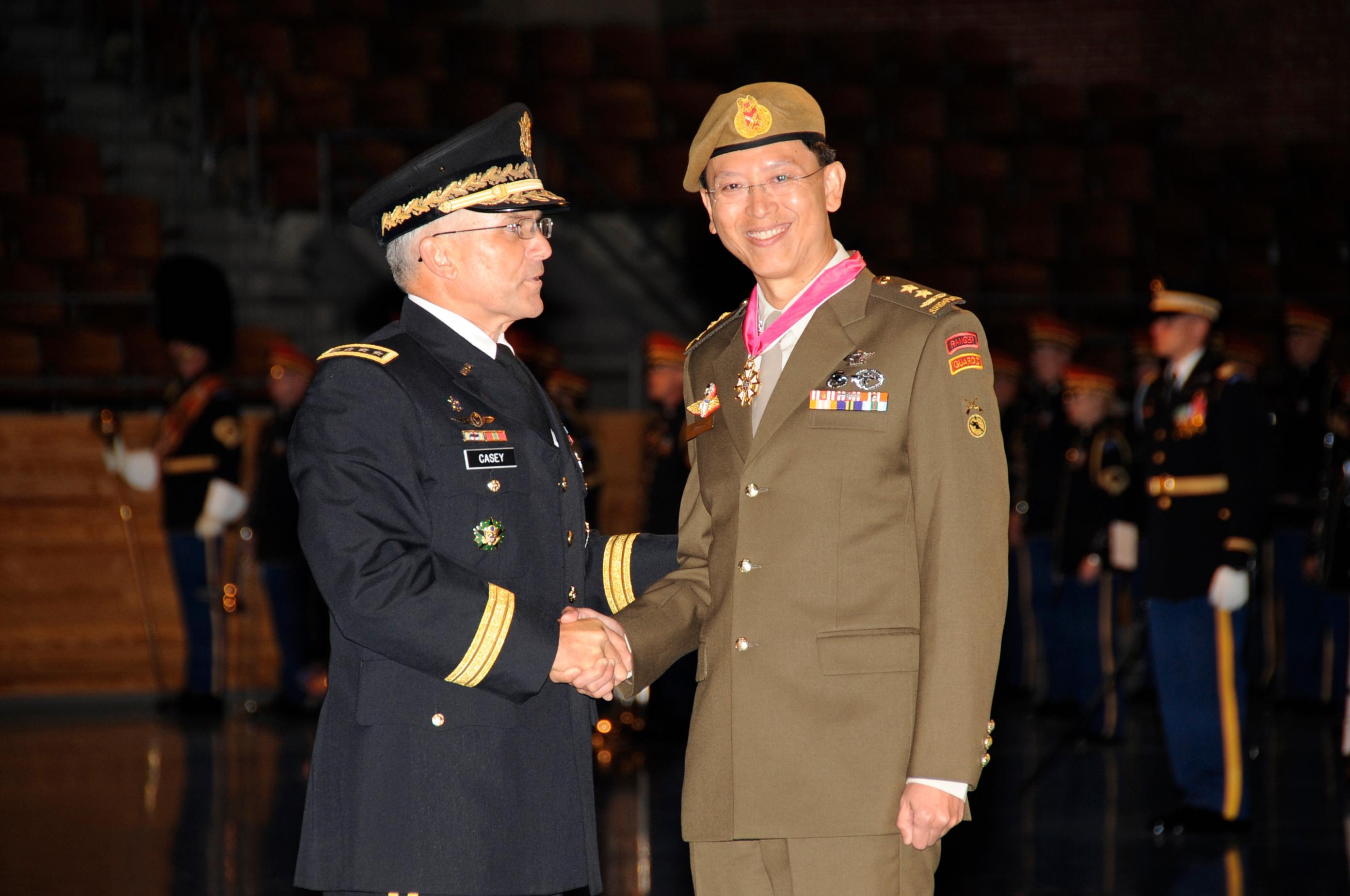 Forsvarssjef Neo Kian Hong til høyre i bildet