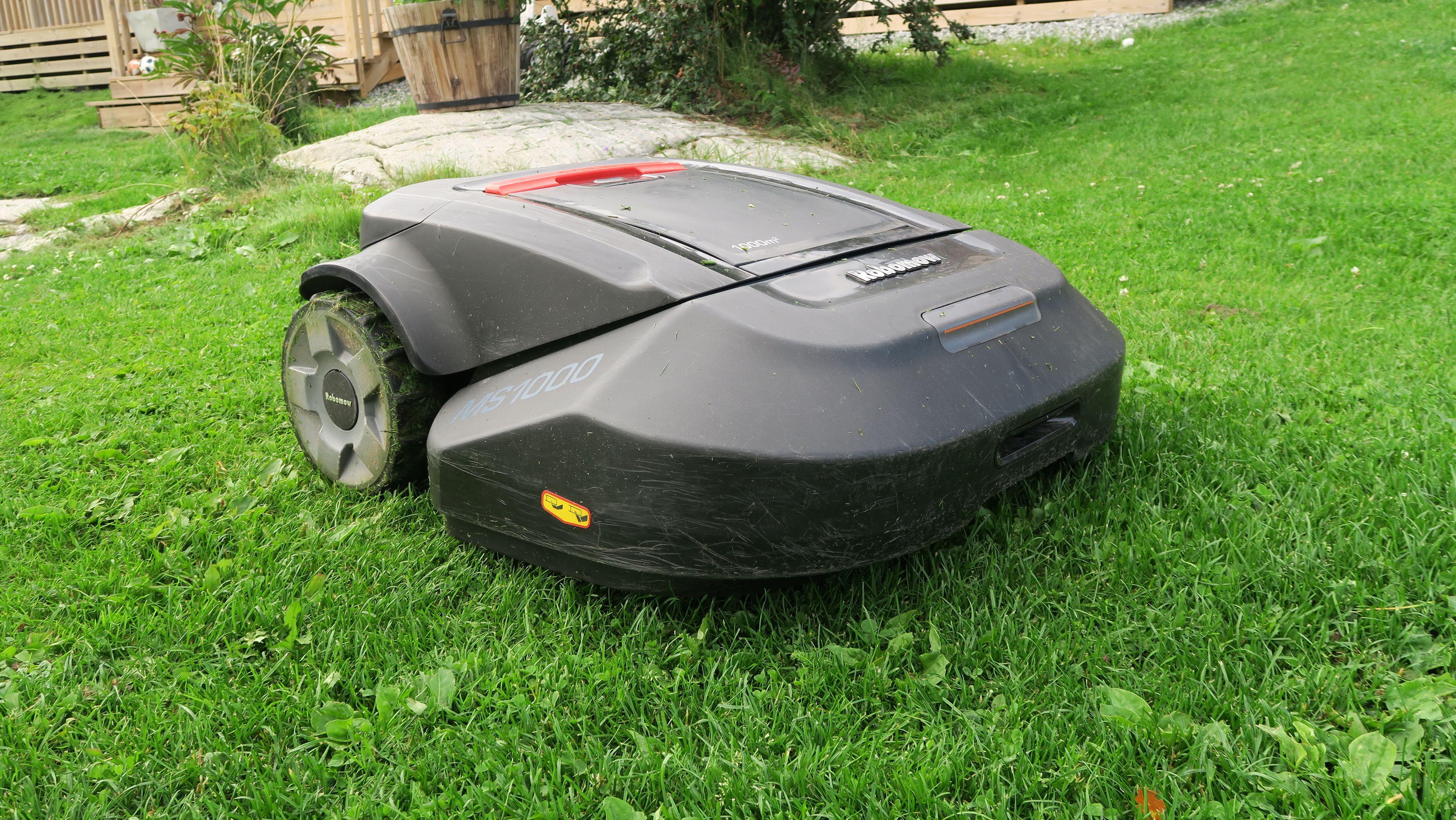 Robomow-modellen vi testet kjørte rundt i et slags tilfeldig kjøremønster. Foto: Ole Henrik Johansen / Tek.no