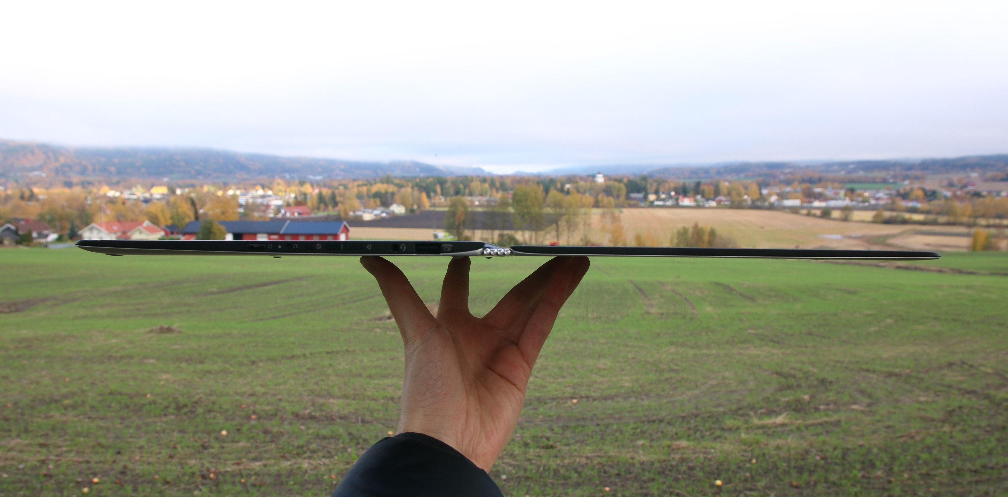 Lenovos nyeste Yoga Pro er utrolig tynn og har absolutt utseendet med seg. Forgjengeren kan likevel, med sine bedre spesifikasjoner, være et like godt valg.Foto: Anders Brattensborg Smedsrud, Tek.no