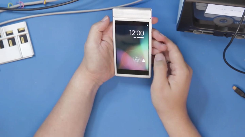 Telefonen skal kjøre helt ren Android, og ser i og for seg ikke så forskjellig ut fra andre mobiler rett forfra.Foto: Google/Skjermdump fra YouTube