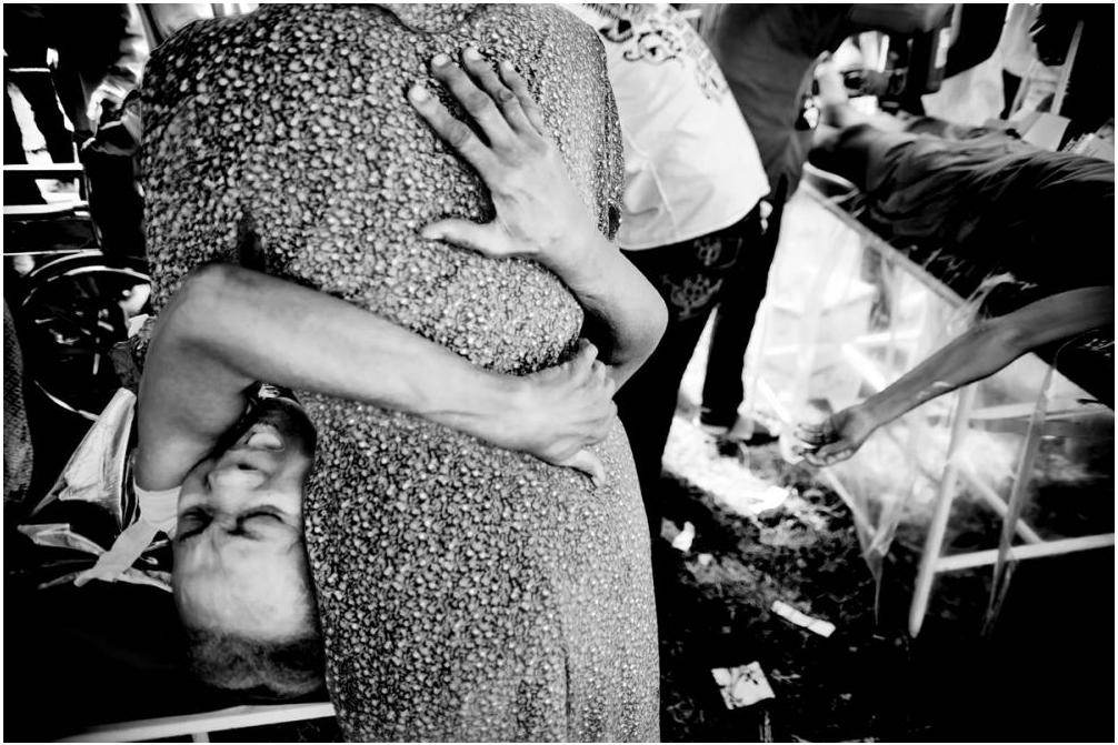 Foto: Luca Kleve-Ruud Menneske Liv og død På de provisoriske sykehusene er man vitne til mennesker som klamrer seg i smerte. Noen må dessverre gi tapt for skadene de fikk.