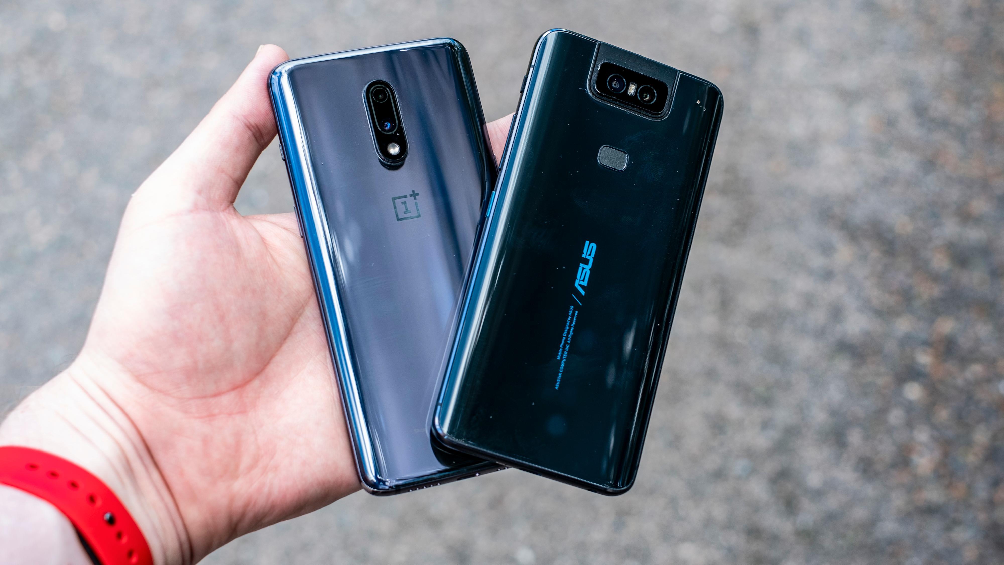 Zenfone 6 ser litt ekstra kraftig ut. Det skyldes nok både det store batteriet og Asus' designfilosofi - designet har små nyanser av ROG-telefondesignet Asus lanserte i fjor.