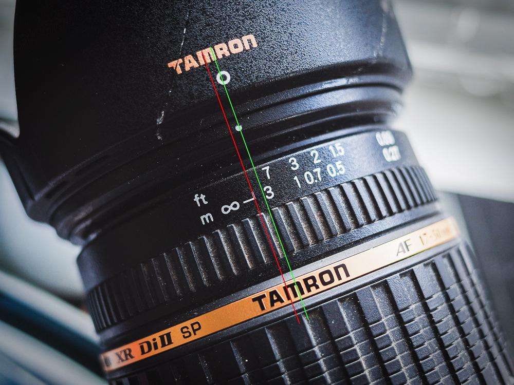 Her er objektivet fokusert på uendelig ved hjelp av autofokus. Linjene viser forskjellen mellom markeringen på fokusskala og den faktiske posisjonen til fokusringen som gir korrekt fokus. Det er bare noen millimeter i forskjell, men det utgjør forskjell på et skarpt og uskarpt bilde.