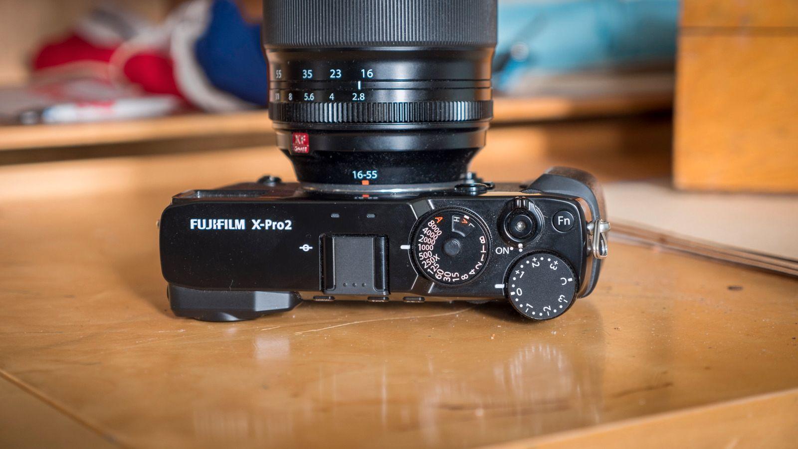 På toppen finner vi Fujifilms sedvanlige retrobetjening. Her er det ikke noe modushjul for auto, portrett, fyrverkeri og så videre, men et hjul for lukkertid og blenderring på optikken. Denne gangen har de faktisk tatt det enda ett steg lengre, og nå finner vi ISO-en i et lite vindu på lukkerhjulet, slik som man gjorde for å sette ASA-verdien i gode gamle dager.