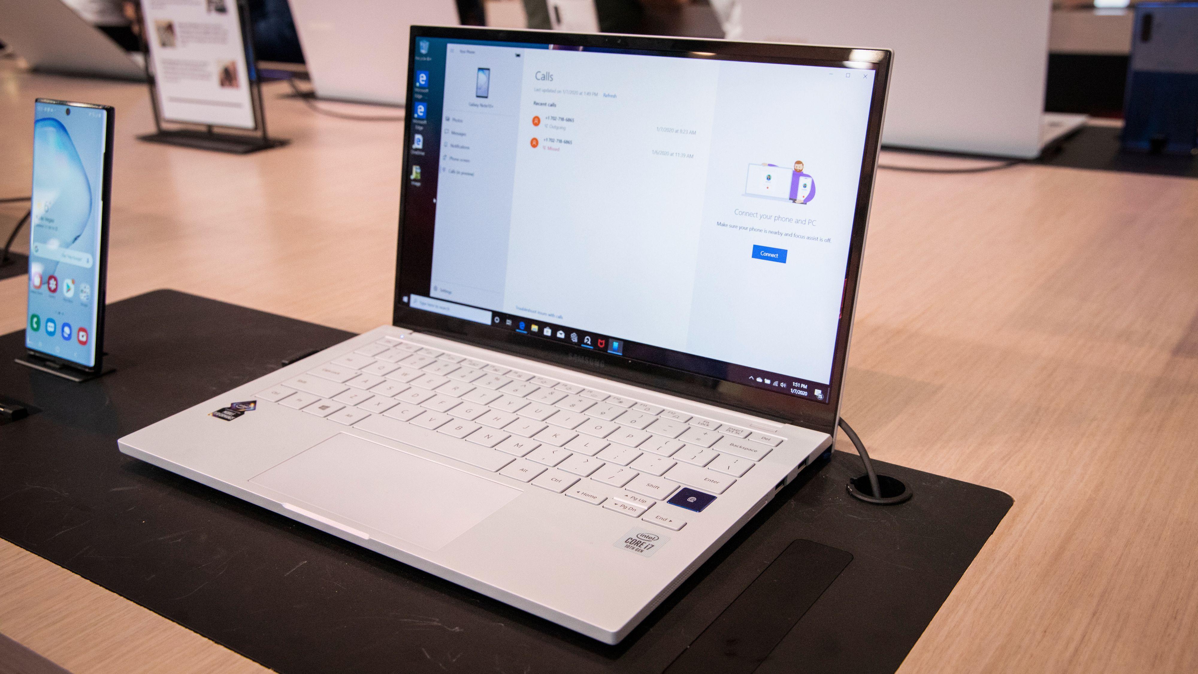 Galaxy Book Ion mangler den vridbare skjermen og har heller ikke medfølgende penn eller touchstøtte, men den har QLED-skjerm og er til gjengjeld lettere enn Flex. Den veier ikke mer enn 0,97 kg i 13-tommersversjonen, og også her kommer 15-tommeren med mulighet for MX250-grafikk. Når du bøyer skjermen løfter dessuten tastaturet seg fra underlaget, som Samsung mener skal gi en mer behagelig skriveopplevelse.