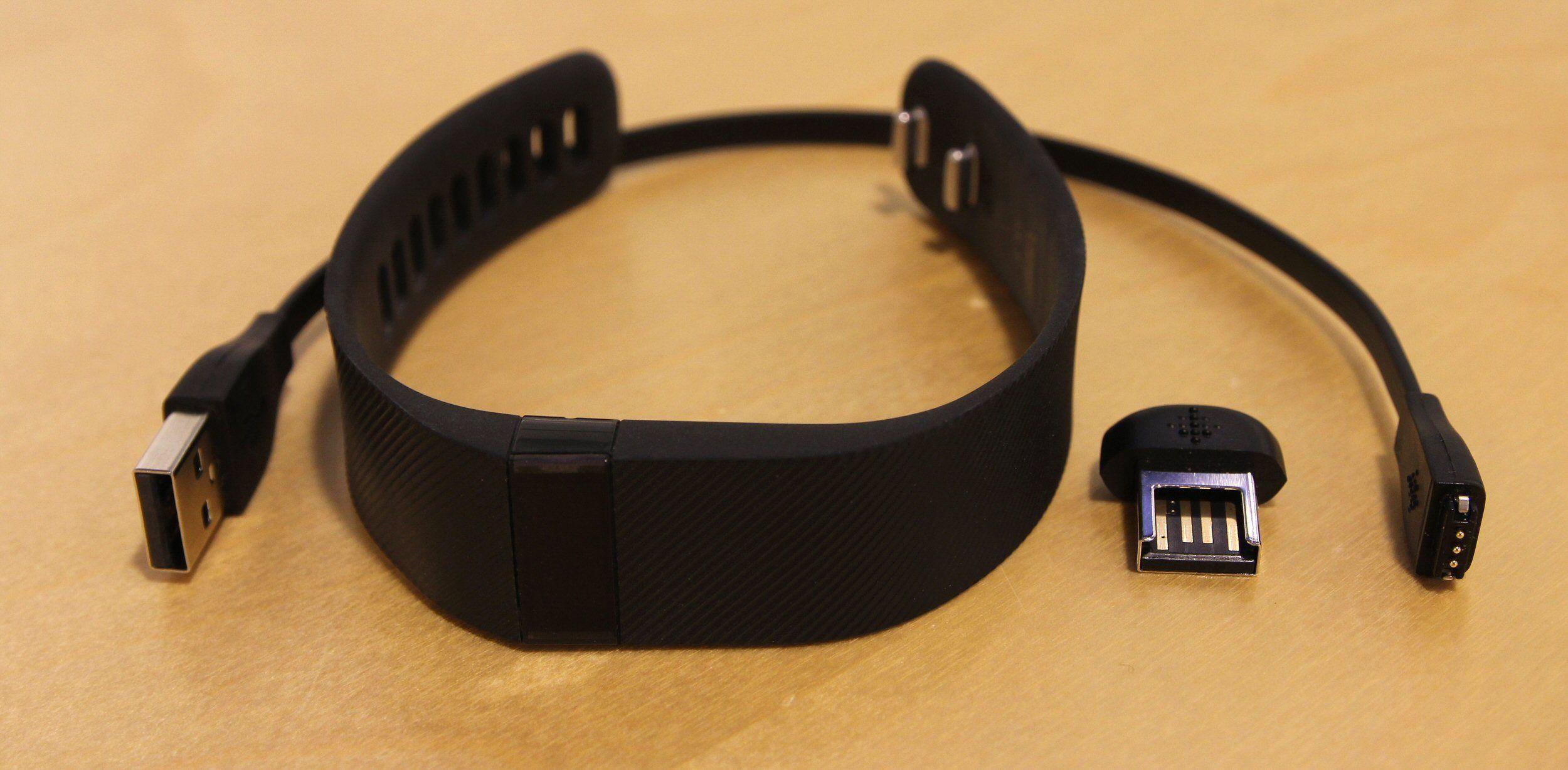 Fitbit Charge kommer med synkroniseringsdongel for datamaskiner og en proprietær ladekabel. Foto: Vegar Jansen, Tek.no