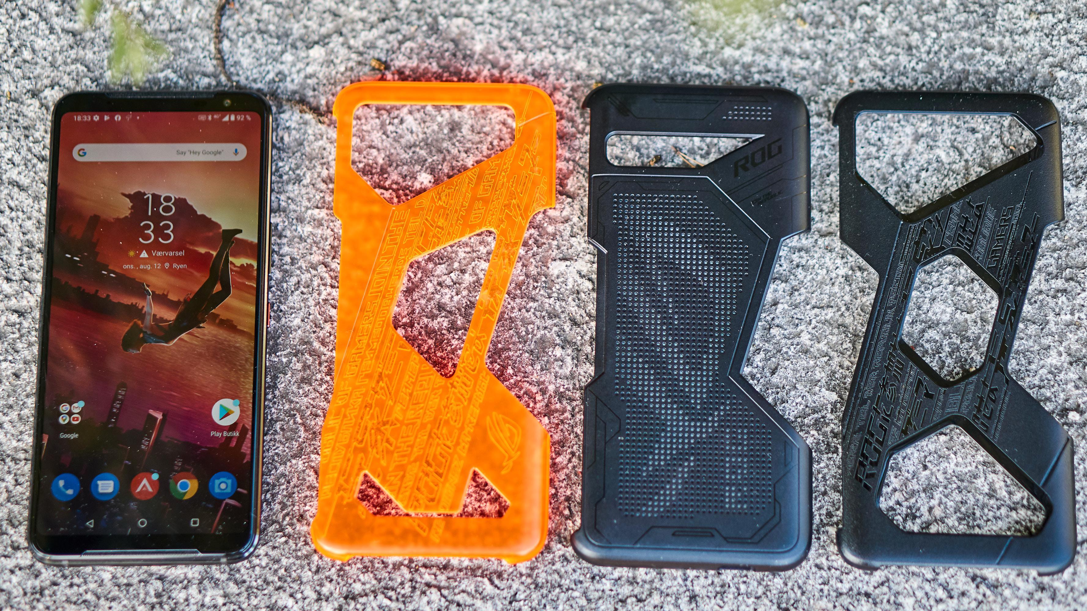 Det er en rekke deksler du kan kjøpe til ROG Phone 3. Det midterste har LED-lys bakpå.