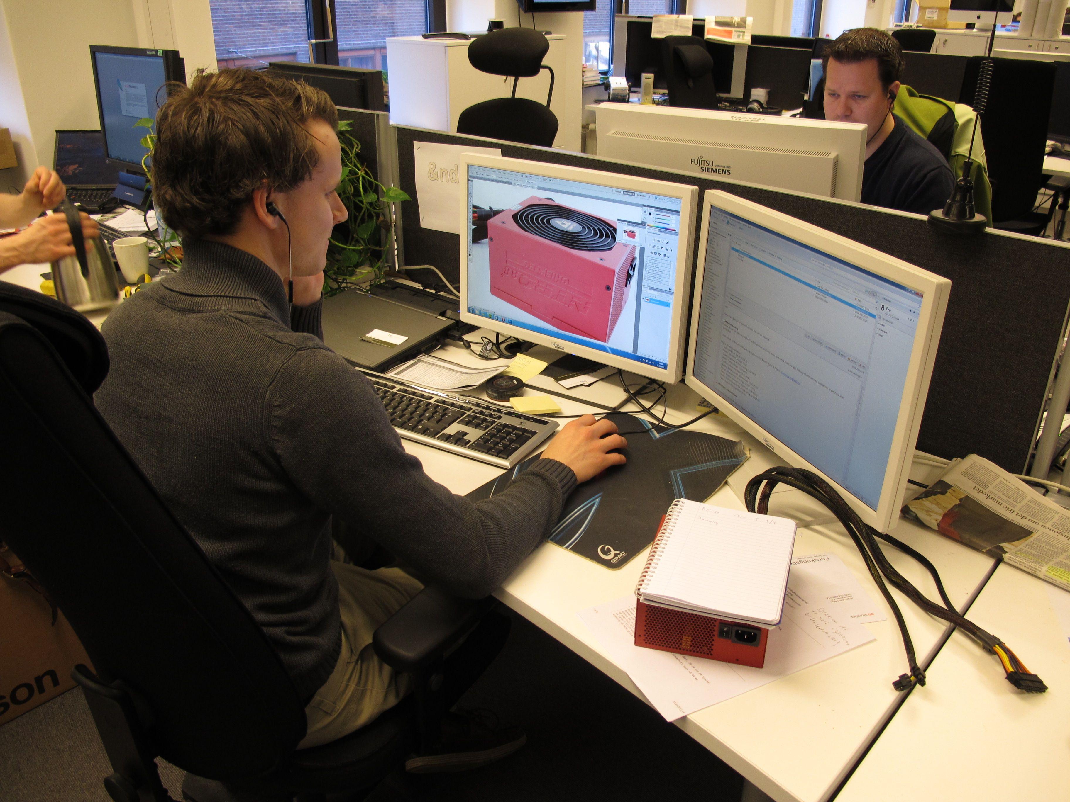 Jørgen Elton Nilsen i dyp konsentrasjon med å skrive om en test.