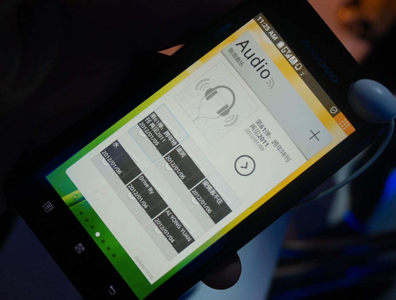 Musikk-widgeten på en av K800s hjemmeskjermer.
