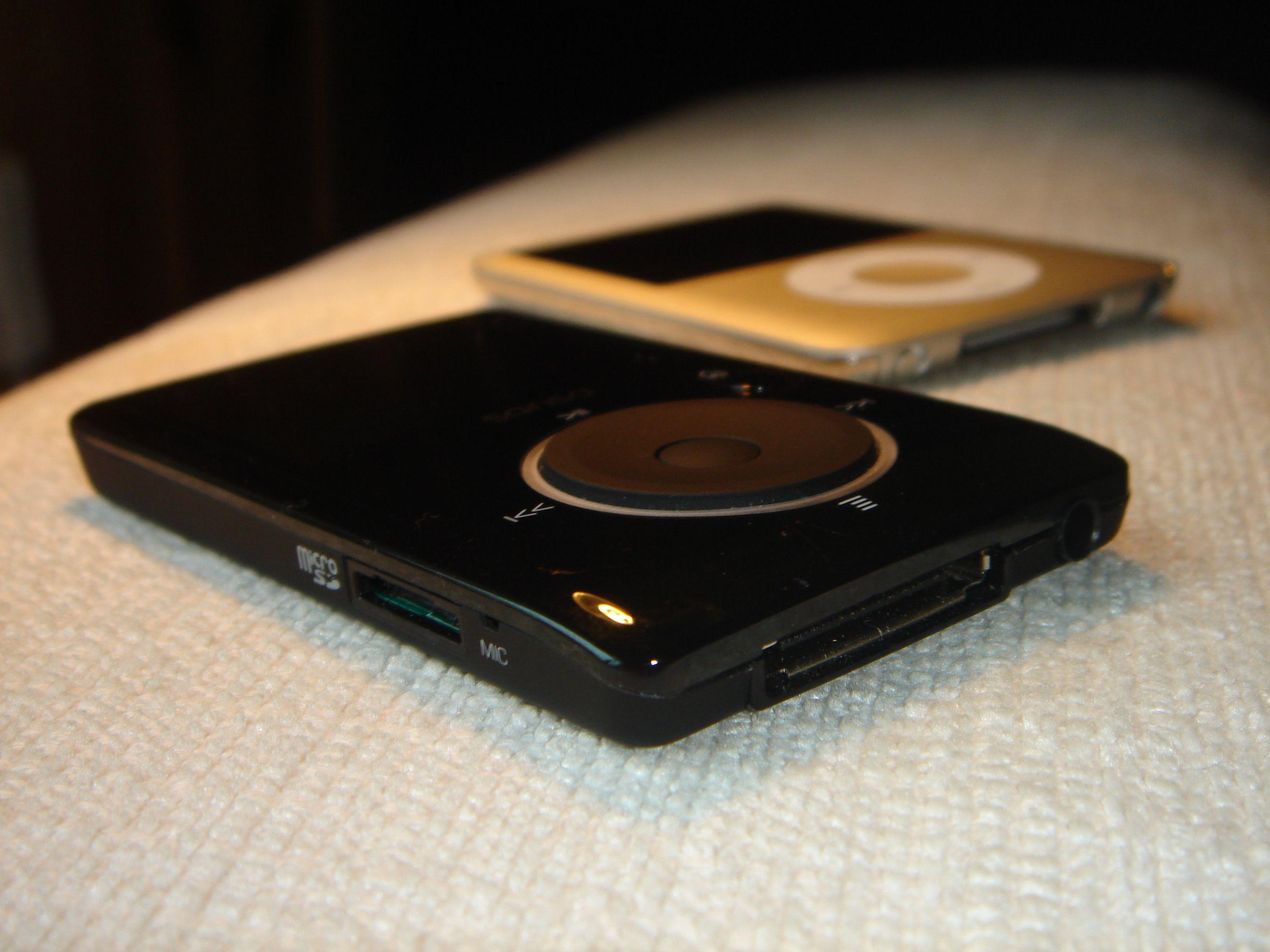 Sammenliknet med Ipod Nano er Fuze også noe tykkere