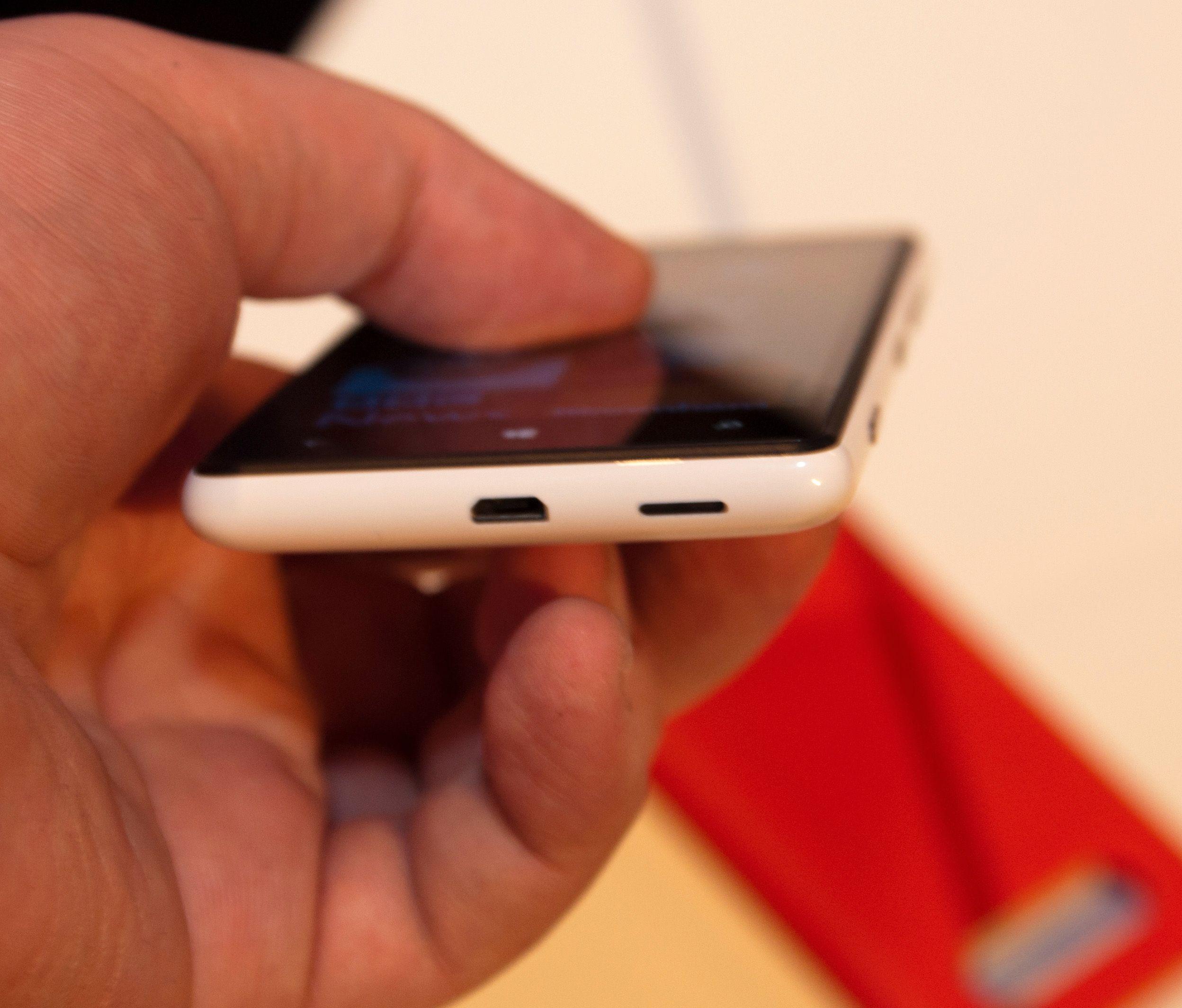 Micro-USB-kontakten sitter under telefonen.