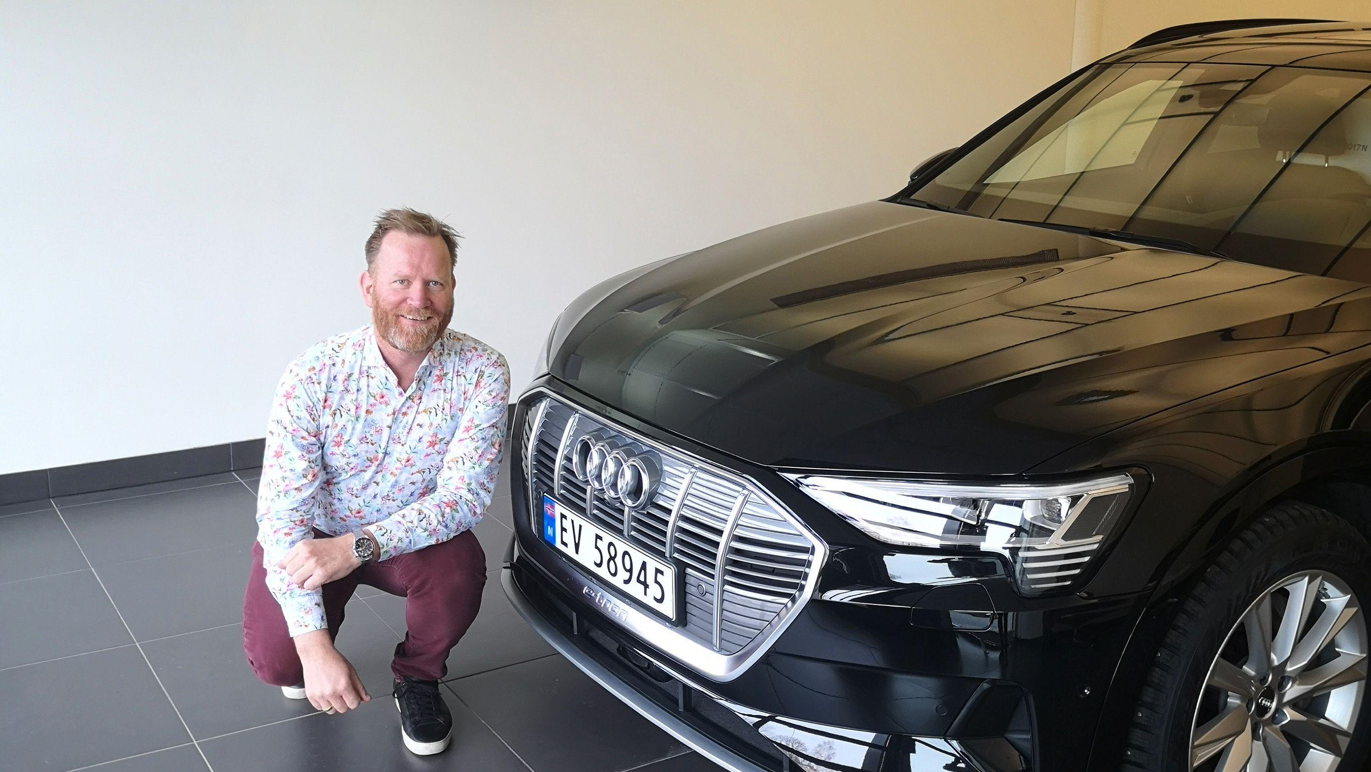 Øyvind Stensby fornøyd hos Audi-forhandleren før levering. Nå er bilen på verksted etter å ha stått til lading for lenge.