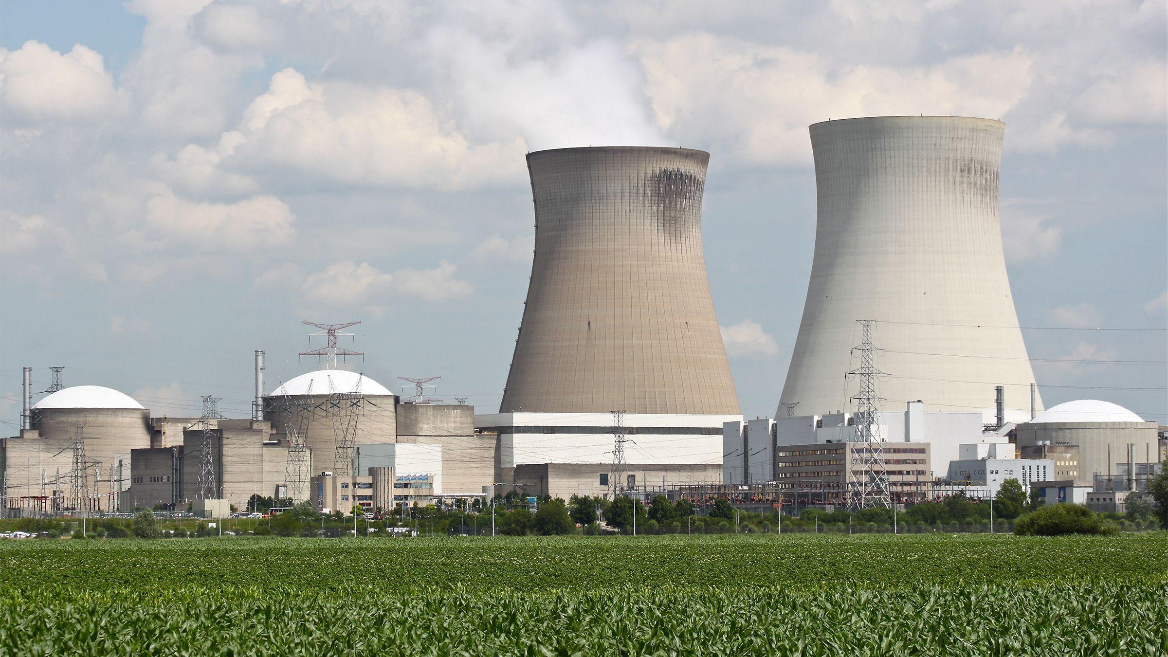 Selv om vanlige fisjonbaserte atomkraftverk bare slipper ut vanndamp, og stort sett er svært trygge, er det mange som er skeptiske til dem – for hvis det først går galt med et slikt, kan det gå fryktelig galt. Med fusjon slipper man den risikoen, men fusjonsreaktorer er enn så lenge bare en teoretisk mulighet.Foto: Shutterstock 106783052